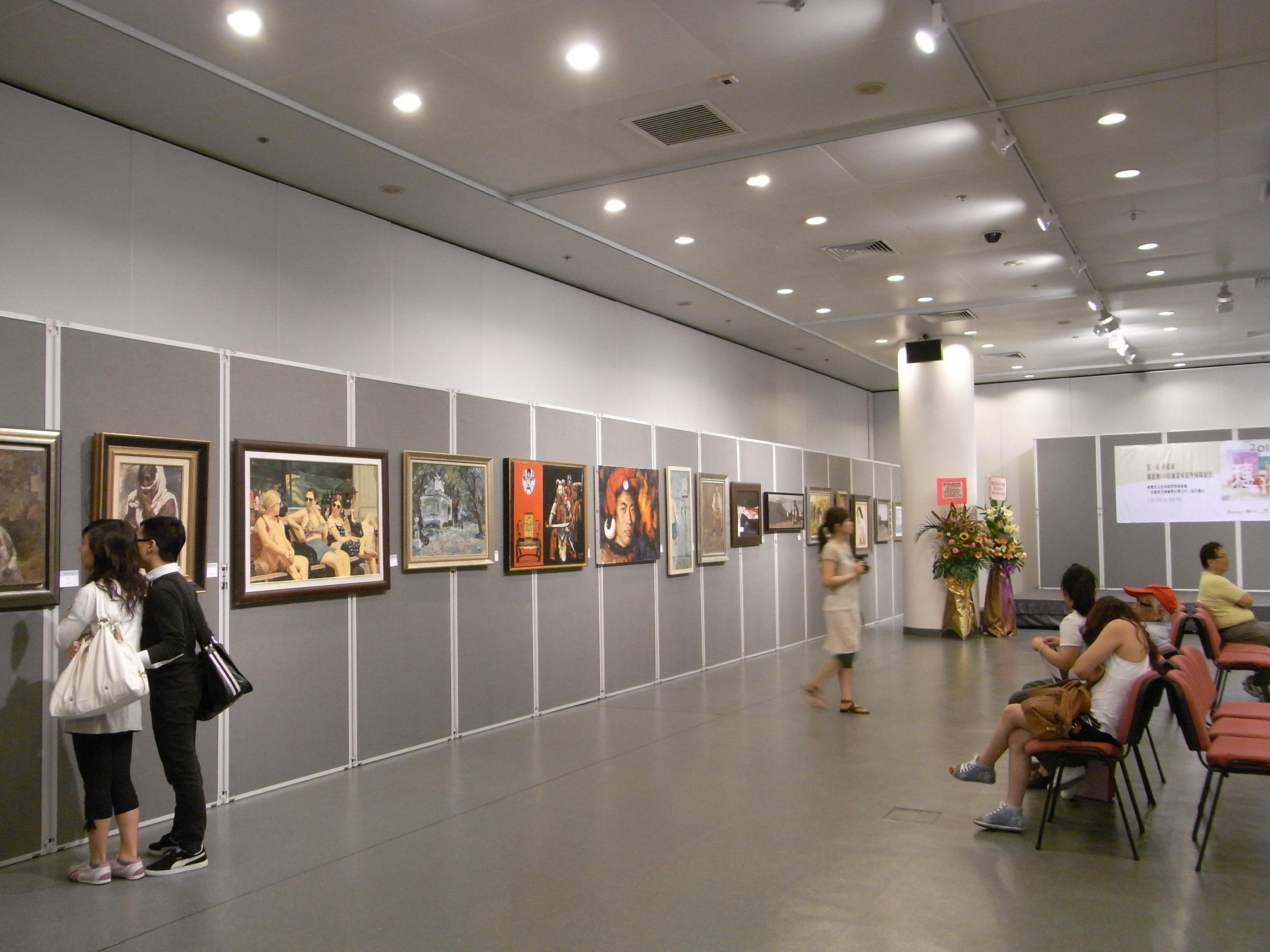 File hk cwb hkcl art exhibition hall interior 08 visitors jpg for Drawing hall design