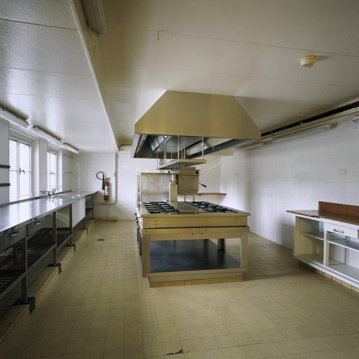 file interieur overzicht van de keuken met kookeiland
