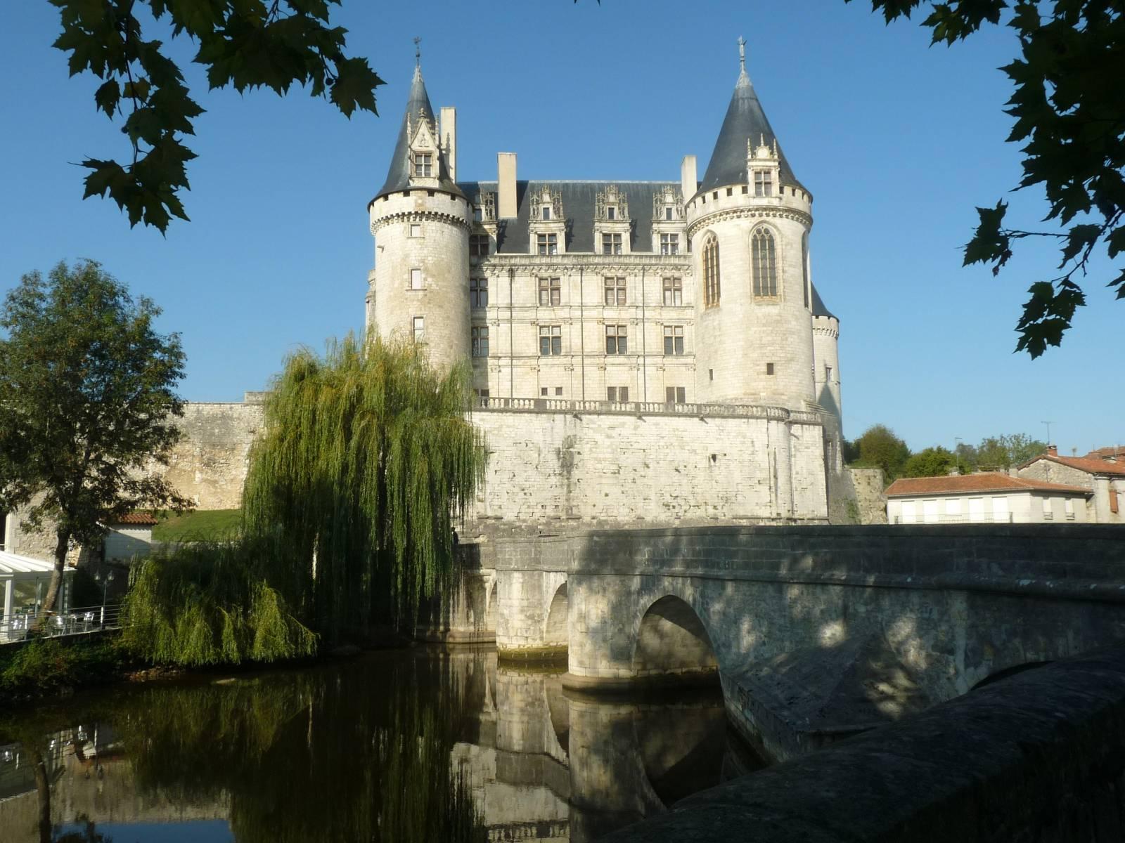 Le château de La Rochefoucauld surplombant la Tardoire