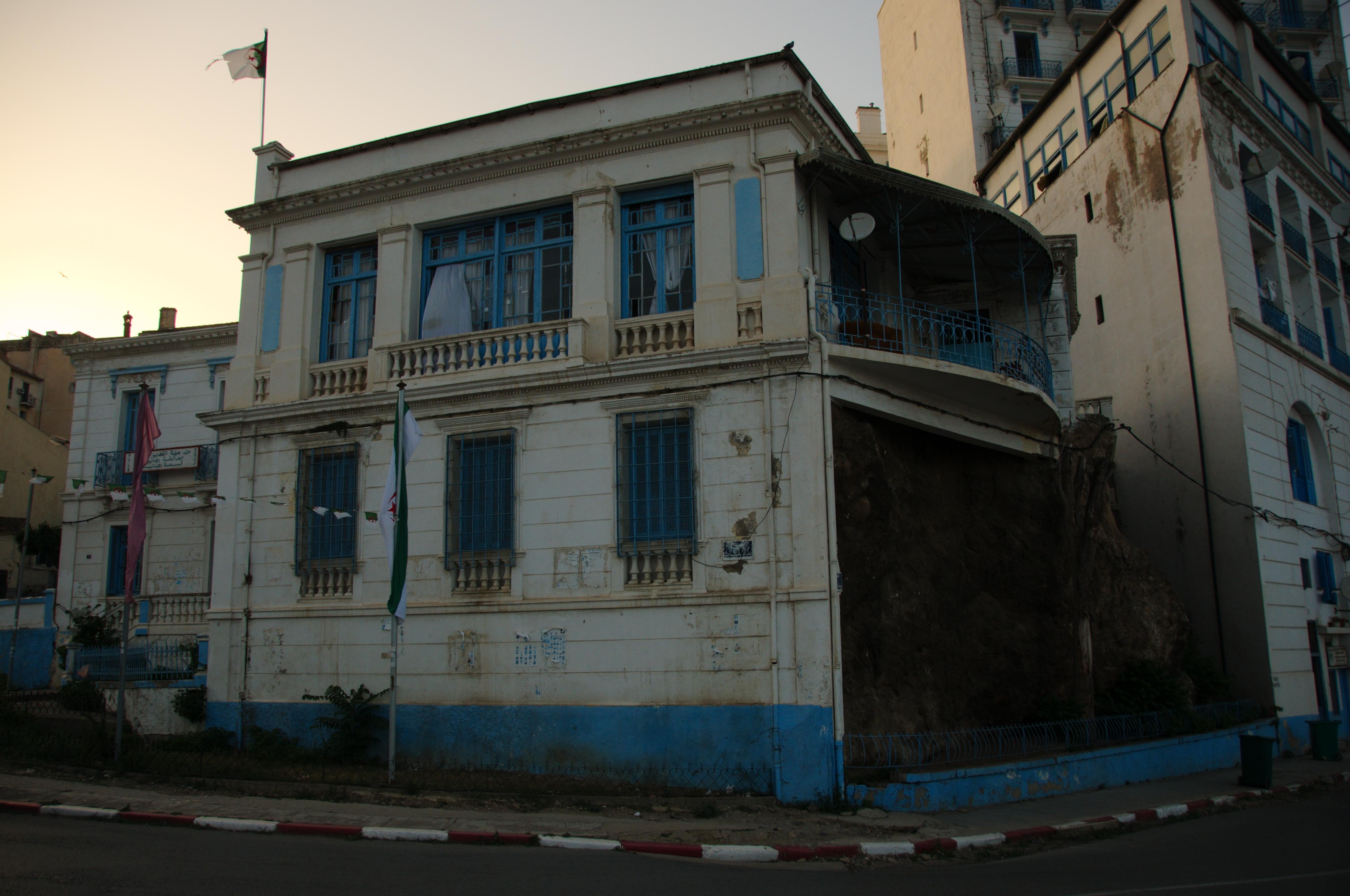 File maison bizarre b ja a alg wikimedia commons for Achat maison wissant