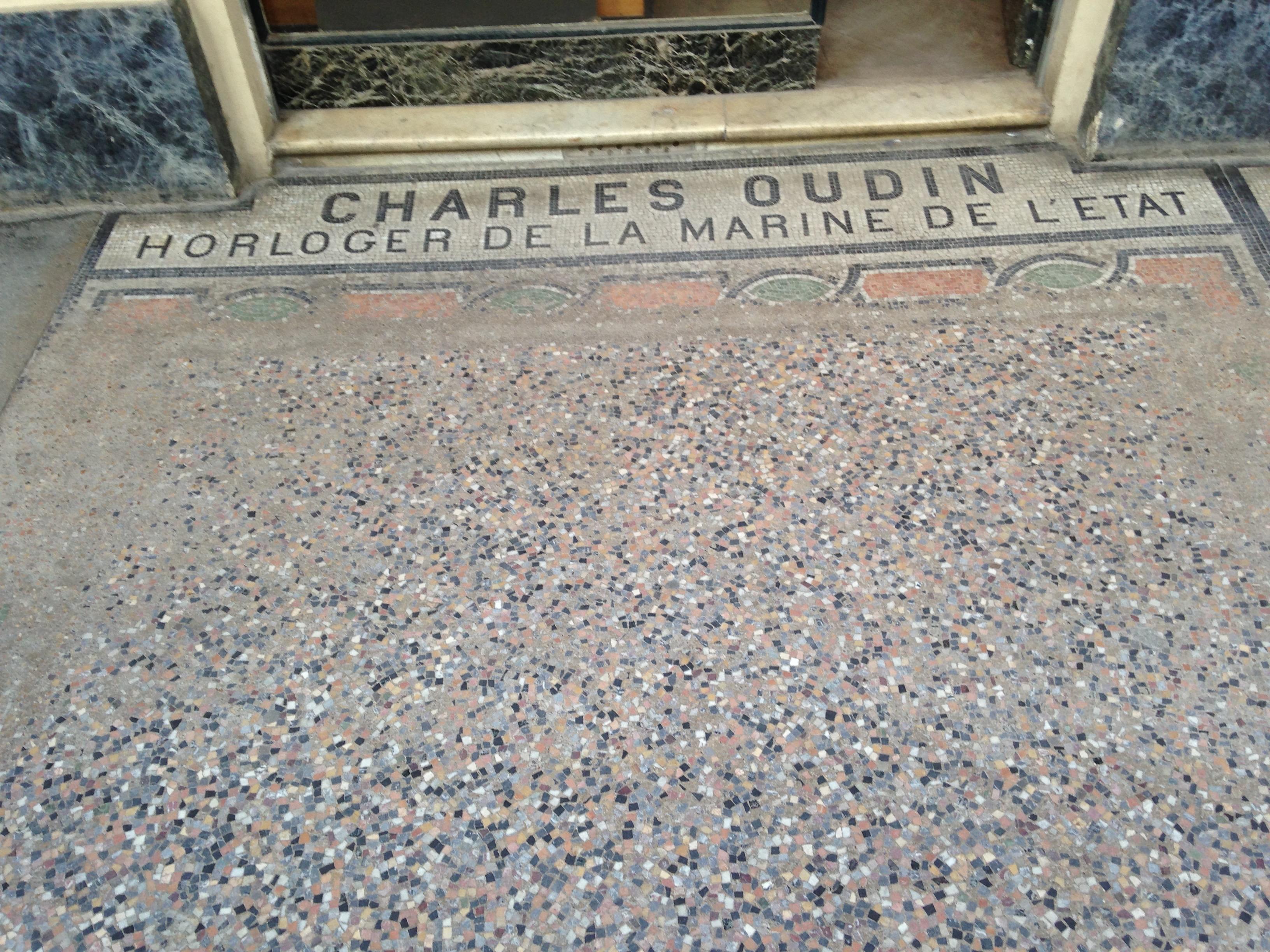 file mosaique devant l 39 ancienne boutique de charles oudin au palais royal nos 51 52 galerie. Black Bedroom Furniture Sets. Home Design Ideas