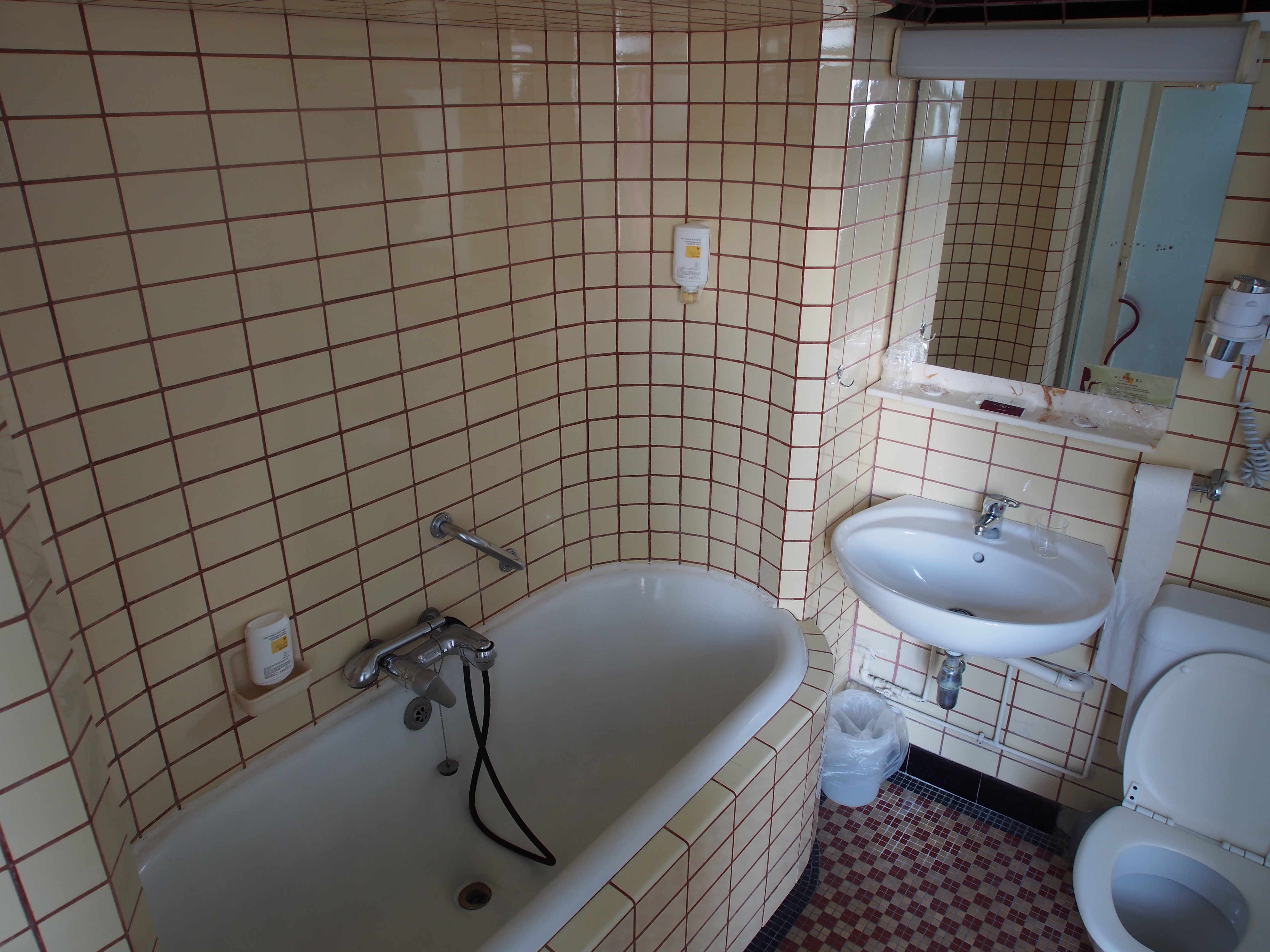 File Old Bathroom With Subway Tiles Jpg