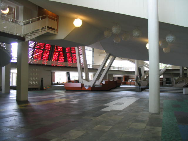 http://upload.wikimedia.org/wikipedia/commons/e/ec/Philharmonie_Berlin_Foyer.jpg