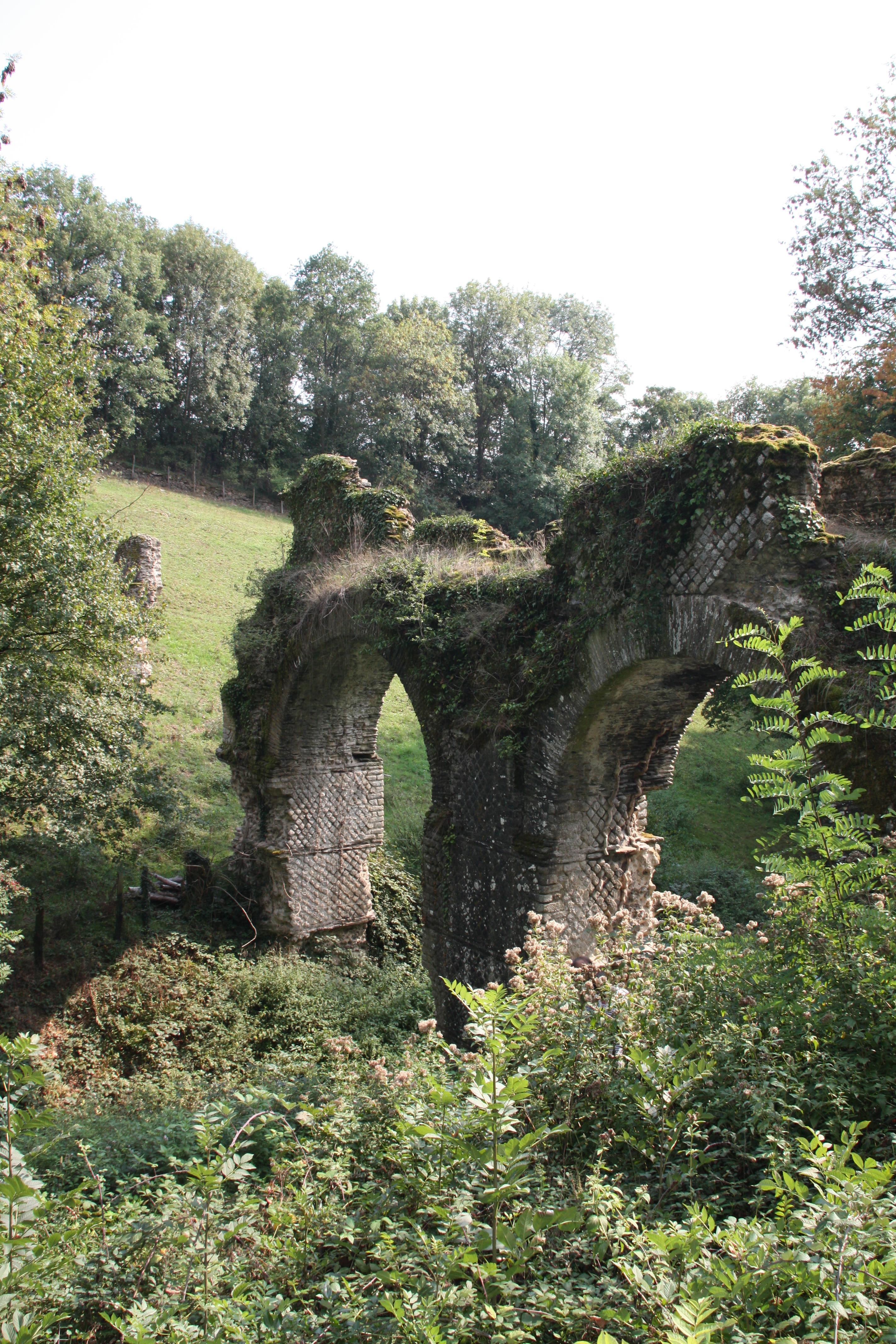 https://upload.wikimedia.org/wikipedia/commons/e/ec/Pont-Aqueduc_des_Granges._011.JPG