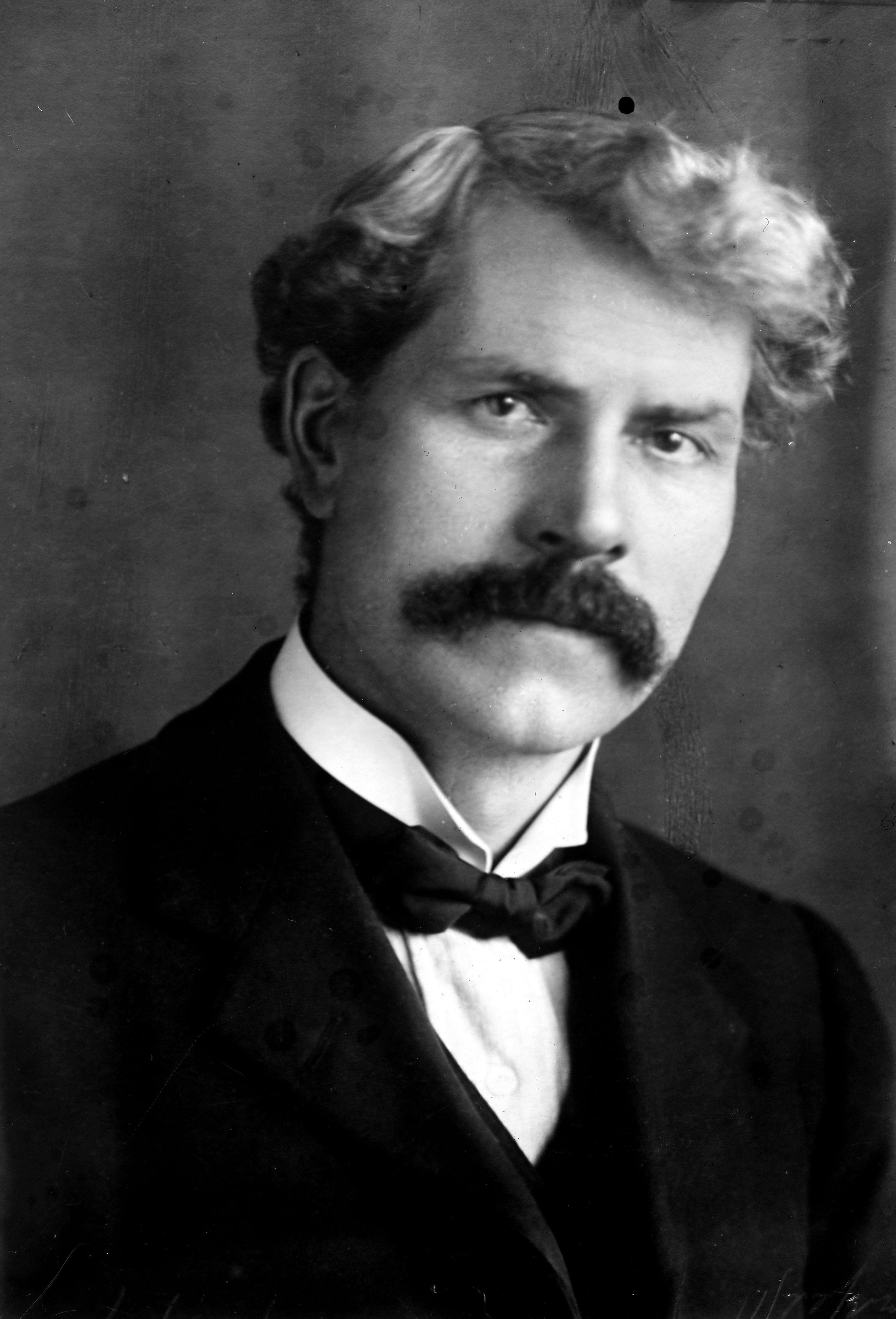 Description Ramsay MacDonald rightfacing.29588.jpg