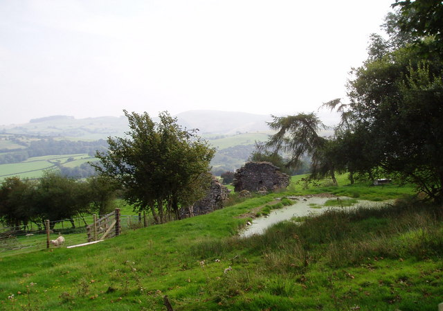 Ruined farmhouse - geograph.org.uk - 241279