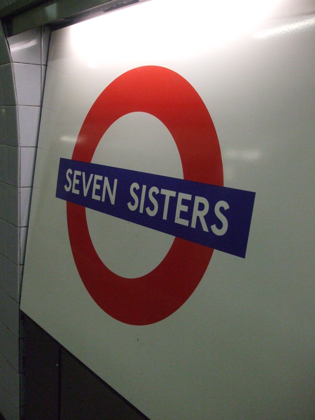 http://upload.wikimedia.org/wikipedia/commons/e/ec/Seven_Sisters_stn_Victoria_roundel.JPG?uselang=en-gb