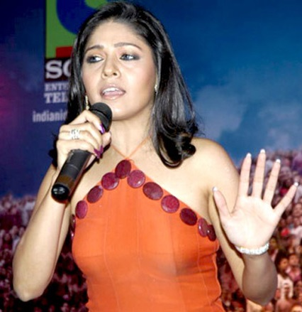 Chauhan performing at an event in 2006 Sunidhi Chauhan Inorbit Mall.jpg