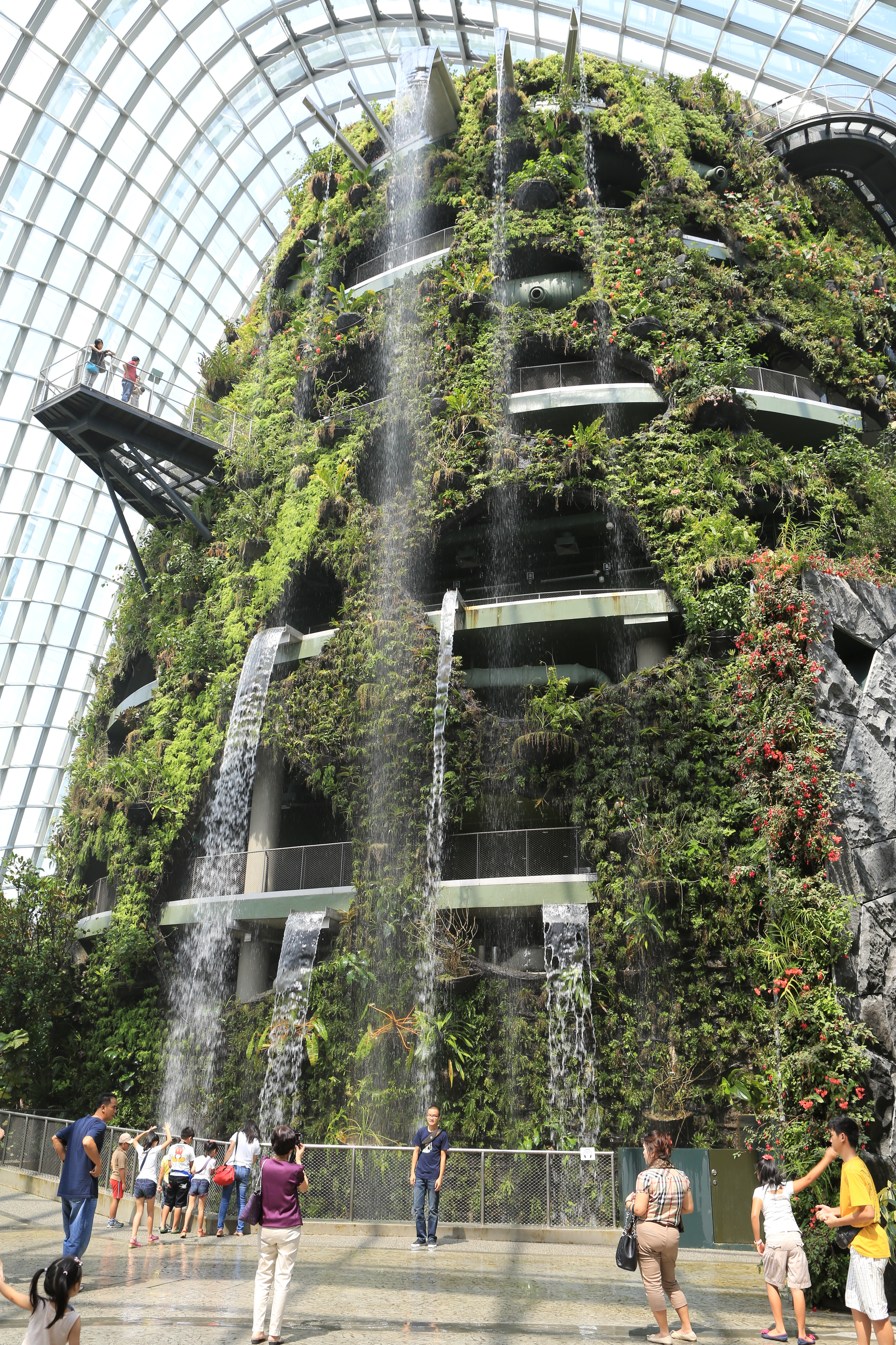 File:The Fall in the Cloud Forest, Gardens by the Bay ...