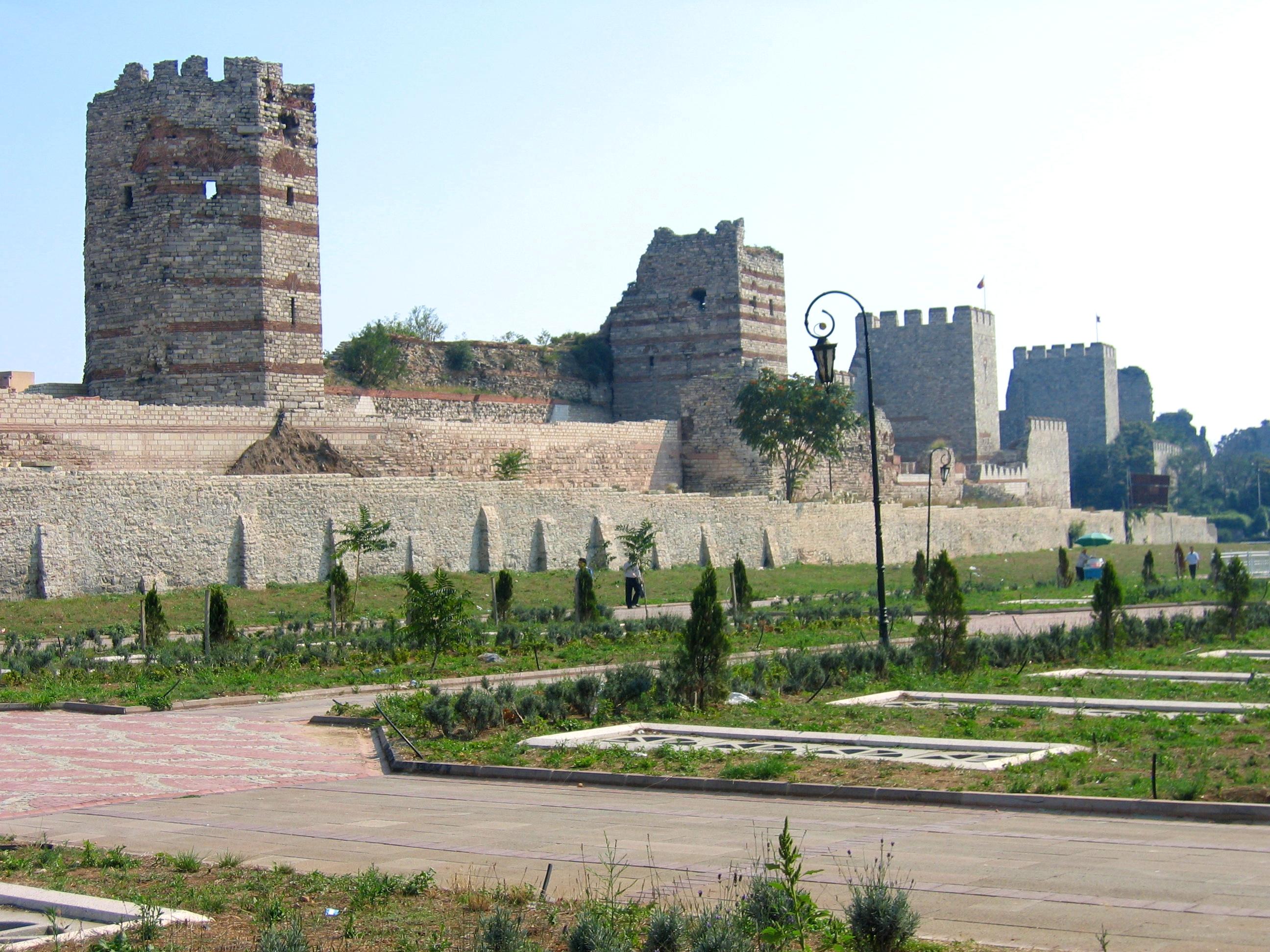 Theodosianische Landmauer in Istanbul.jpg