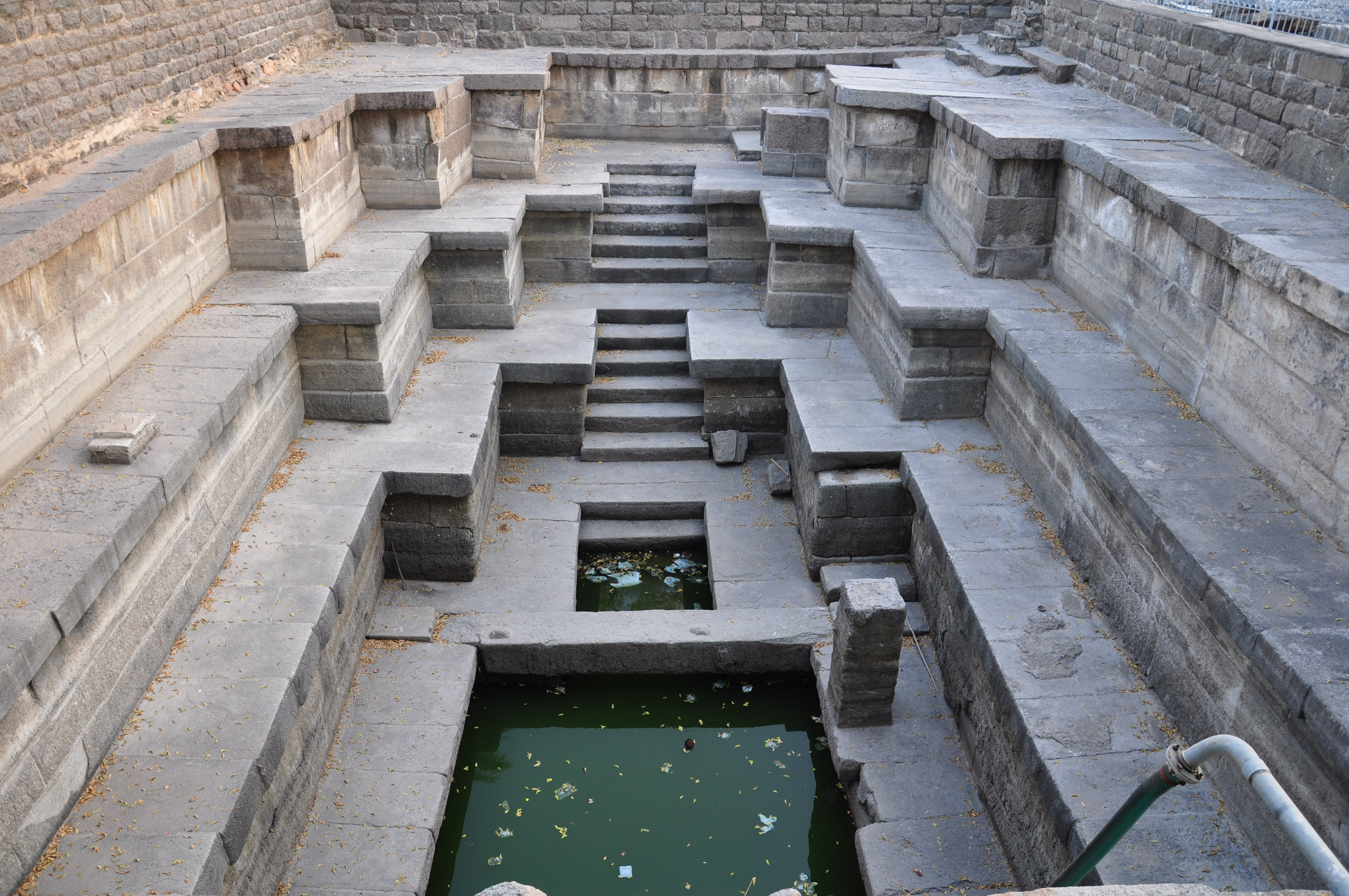 http://upload.wikimedia.org/wikipedia/commons/e/ec/Thousand_Pillar_Temple_pond.JPG