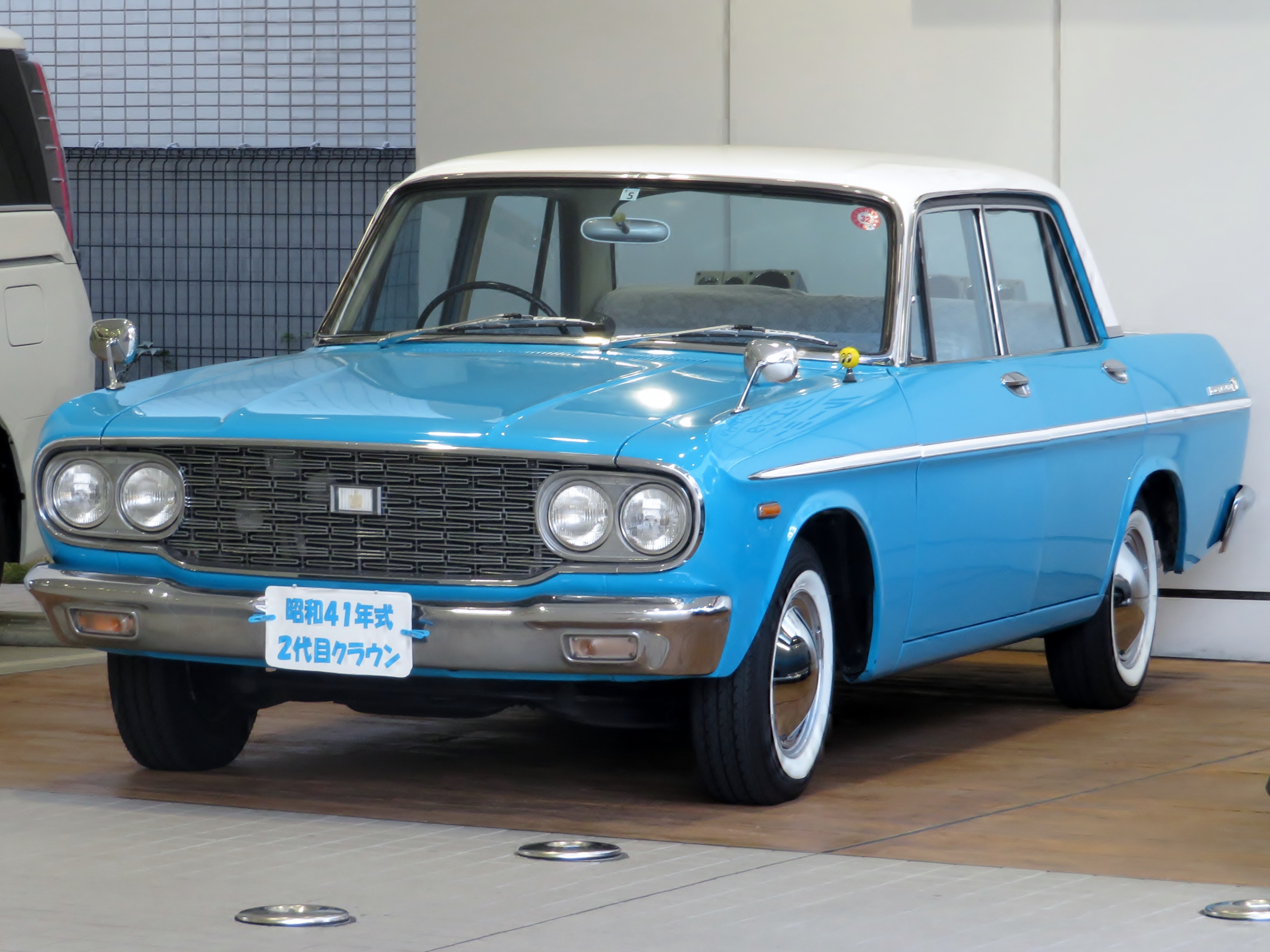 Toyopet_Crown_Super_Deluxe_mid-year_1966