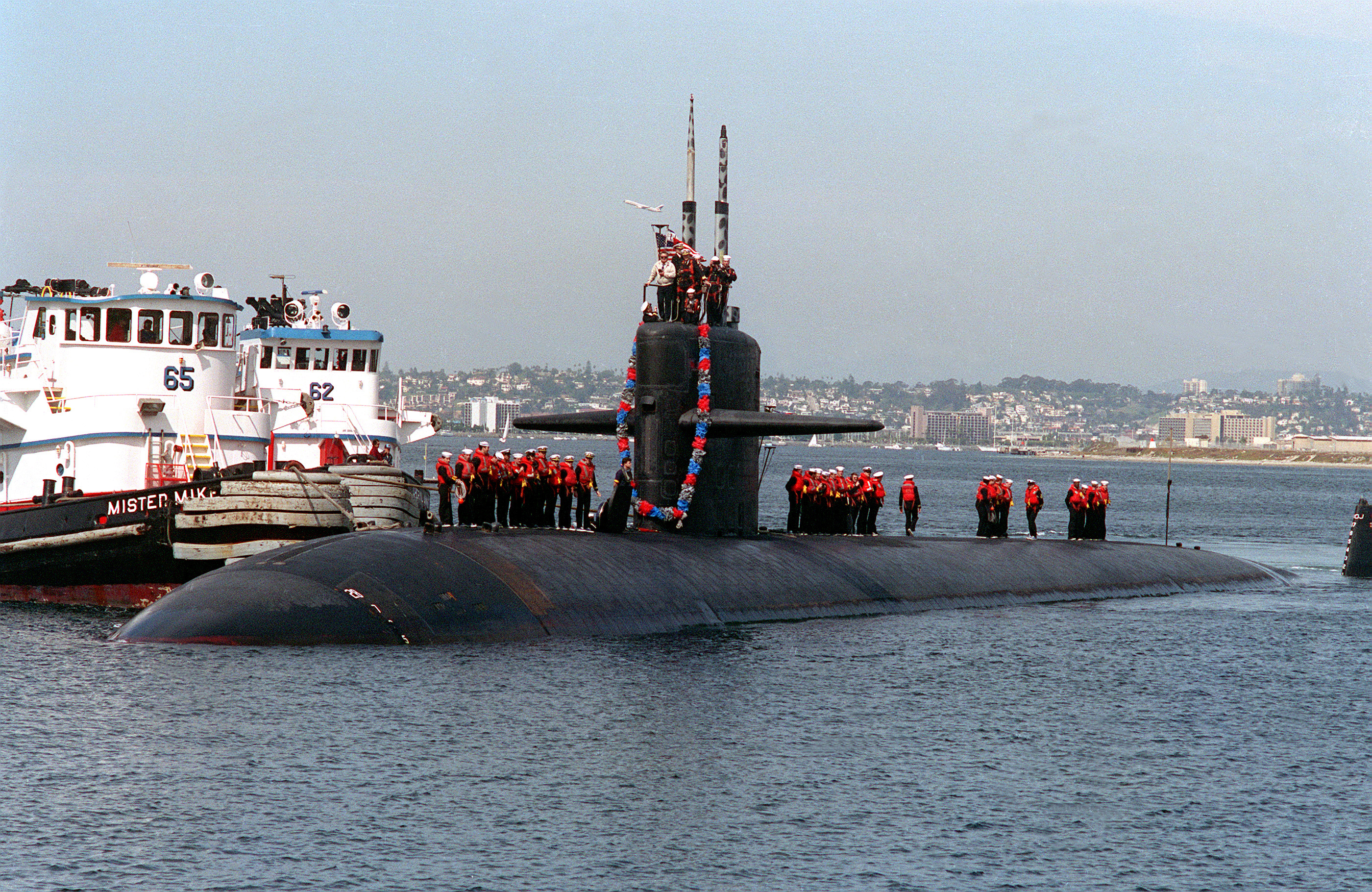 https://upload.wikimedia.org/wikipedia/commons/e/ec/USS_Chicago_(SSN-721)_returns_from_Desert_Storm.jpg