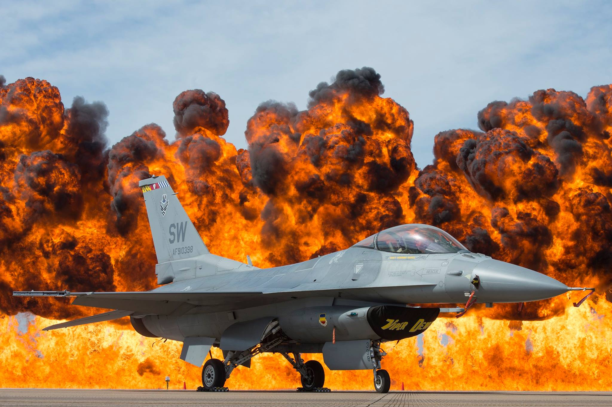 File:US Air Force F-16 Viper at the Fort Worth Airshow, 2017.jpg ...