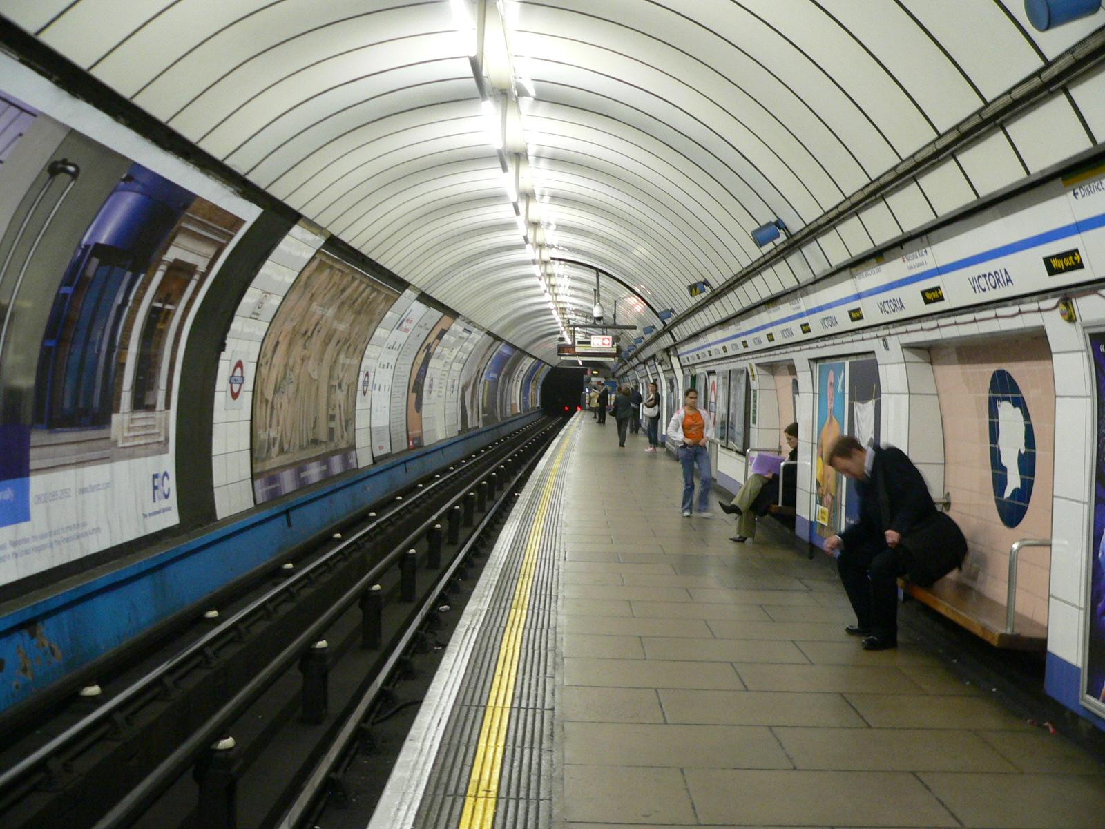 File:Victoria Line southbound platform, Victoria LU ... London Underground Stations