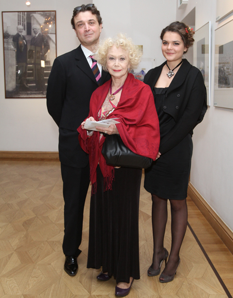 File:Светлана Немоляева, Александр Лазарев и Полина Лазарева Фотограф Геннадий Авраменко.jpg