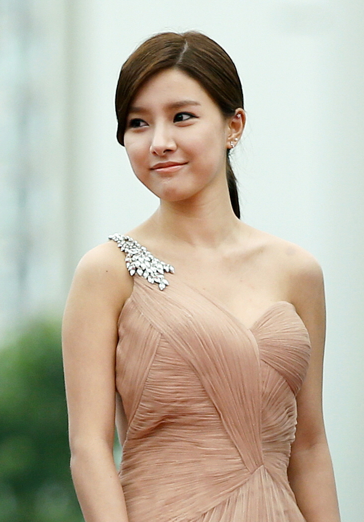 Description actress kim so eun arrives at the red carpet event of the