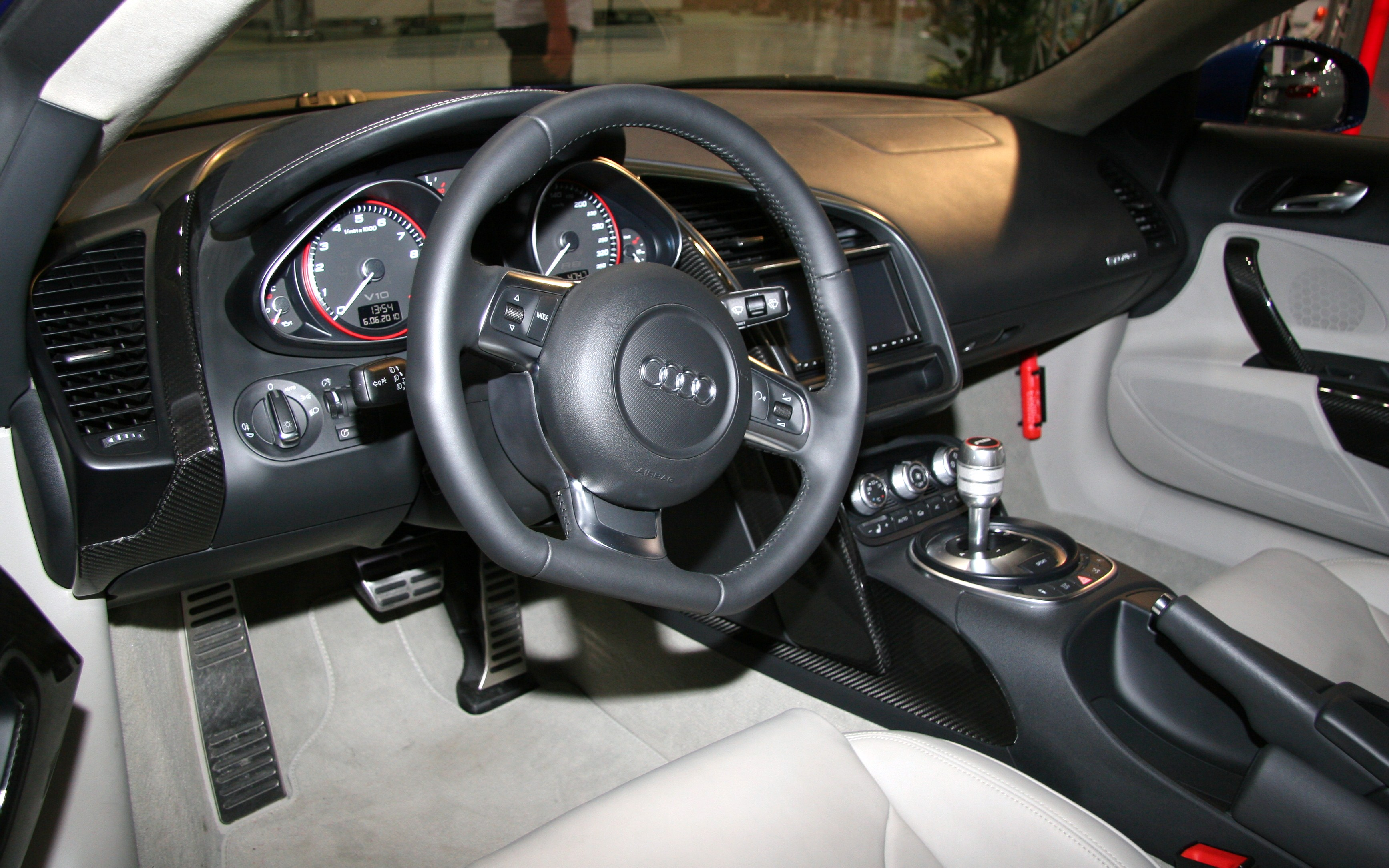 File:Audi R8 V10 interior.jpg - Wikimedia Commons