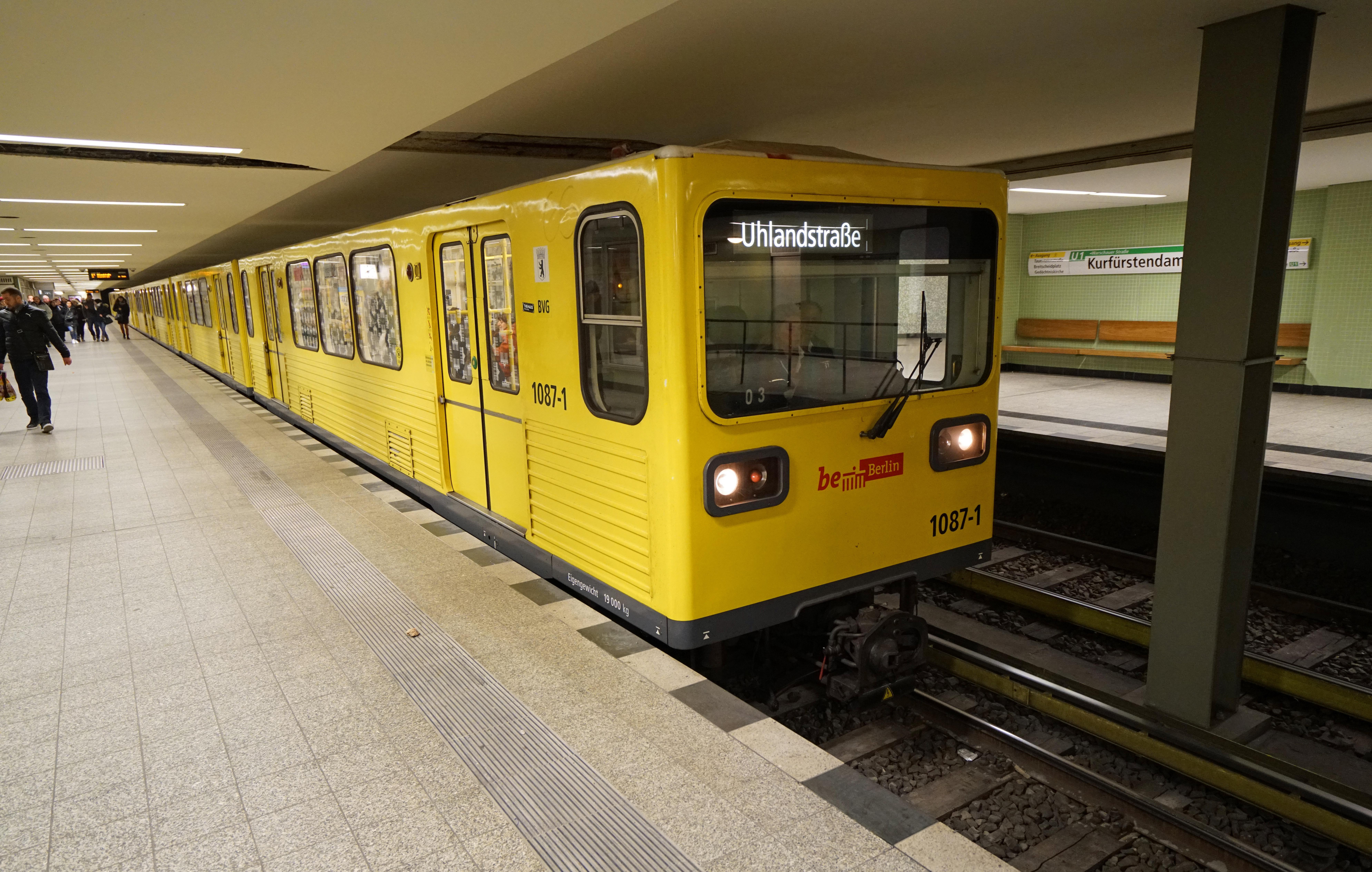 Zug der BVG Baureihe G des Herstellers LEW im U Bahnhof Kurfürstendamm auf der U Bahn Linie 1 der U Bahn Berlin Diese Baureihe ist einzige in der