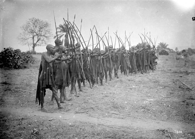 Bundesarchiv Bild 105-DOA0157, Deutsch-Ostafrika,Warundi-Bogenschützen
