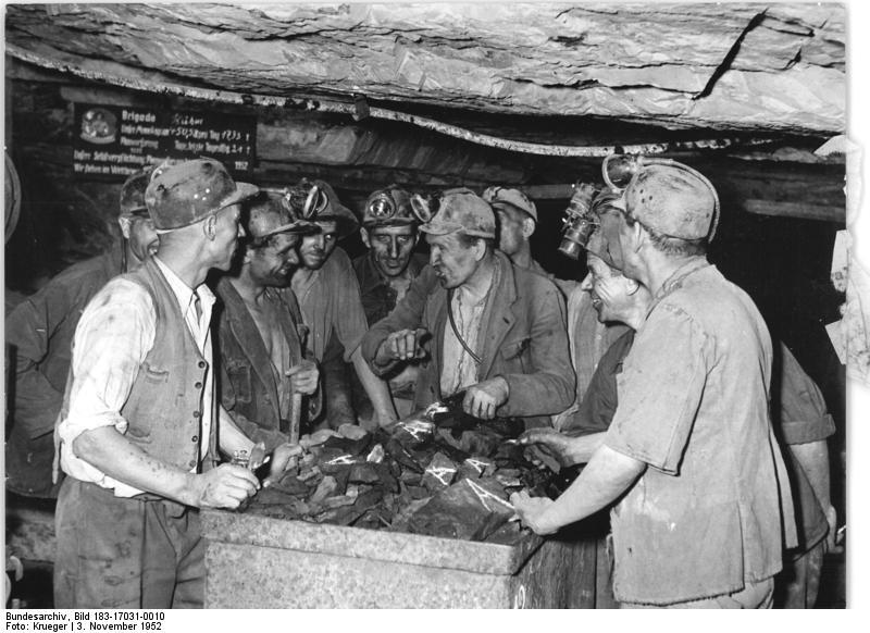 Bundesarchiv Bild 183-17031-0010, Bergarbeiter, Arbeitsbesprechung