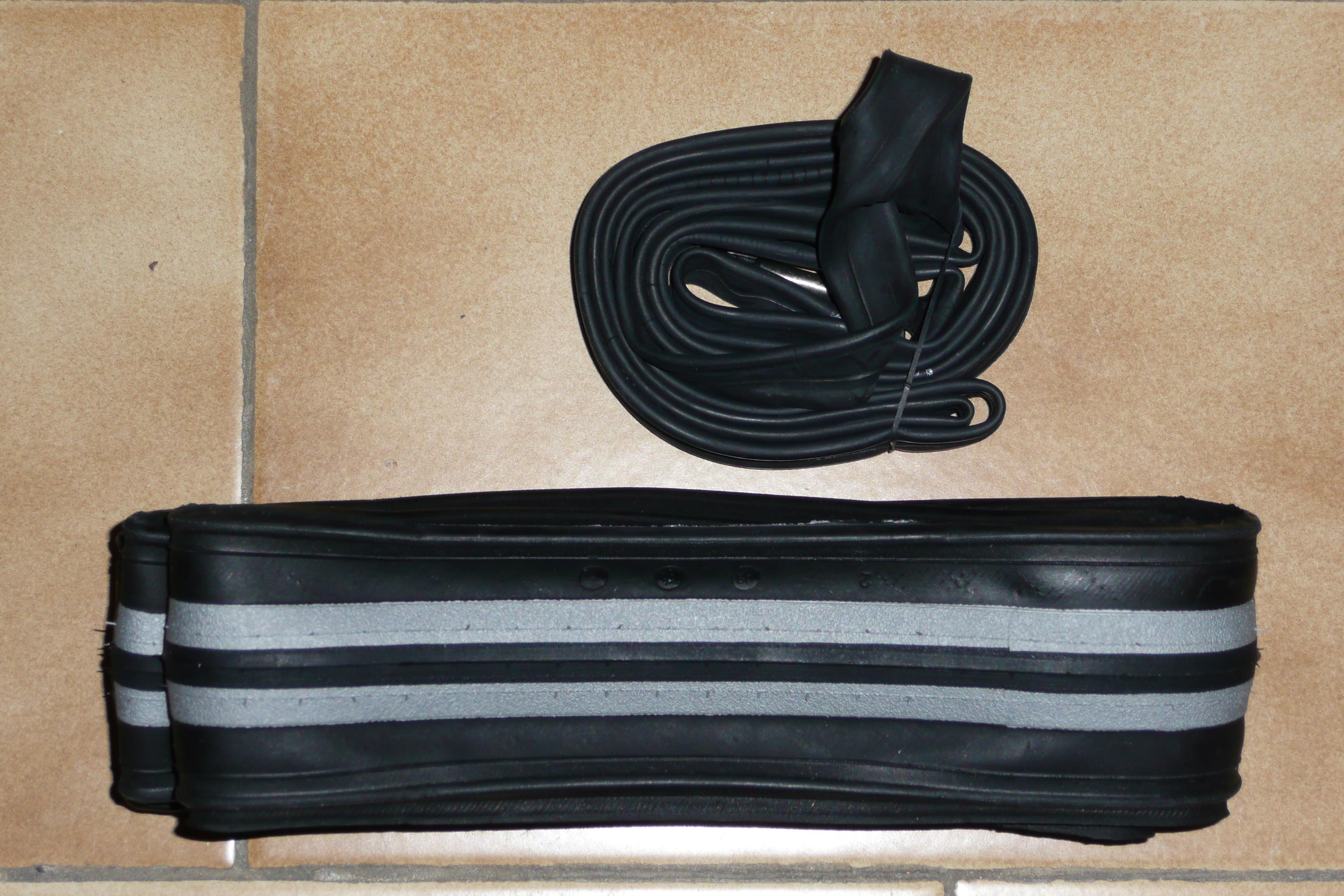 File:Chambre à air 700x18 à 25C et pneu plié 700x23C juqu'à 7,7 on