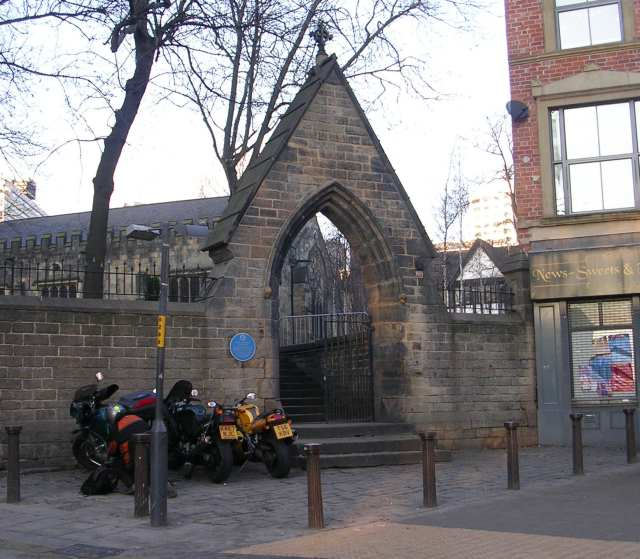 File:Entrance to St John's Churchyard - New Briggate - geograph.org.uk - 632768.jpg