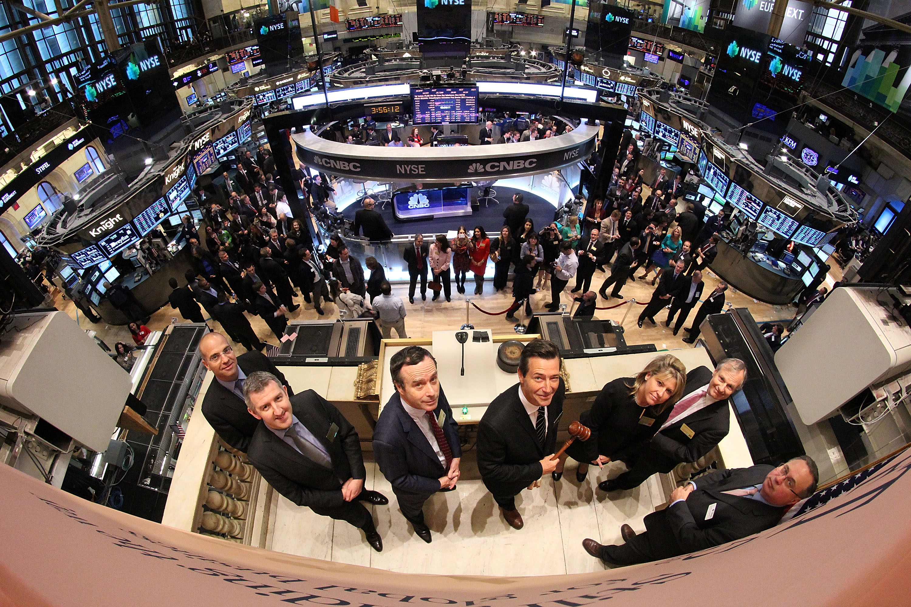 https://upload.wikimedia.org/wikipedia/commons/e/ed/FT_ringing_the_Closing_Bell_at_the_NYSE_%288740579005%29.jpg