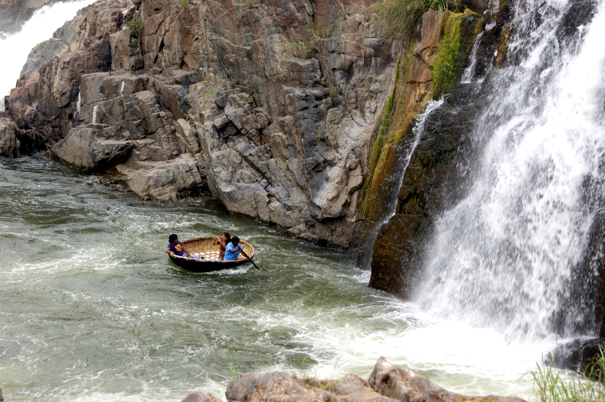 https://upload.wikimedia.org/wikipedia/commons/e/ed/Hogenakkal_Falls_and_Coracle_Ride2.jpg