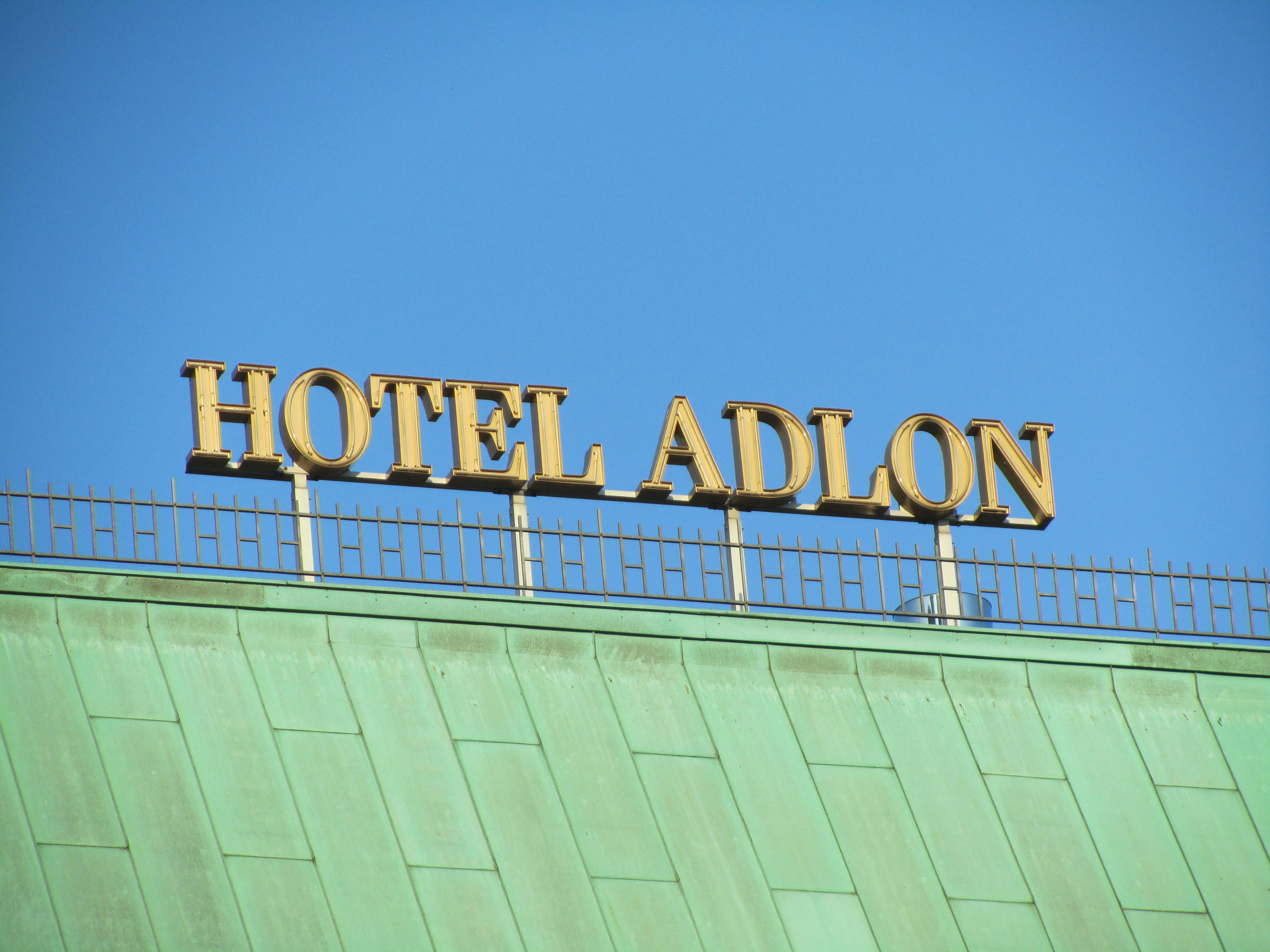 Schriftzug auf dem Dach des Hotels