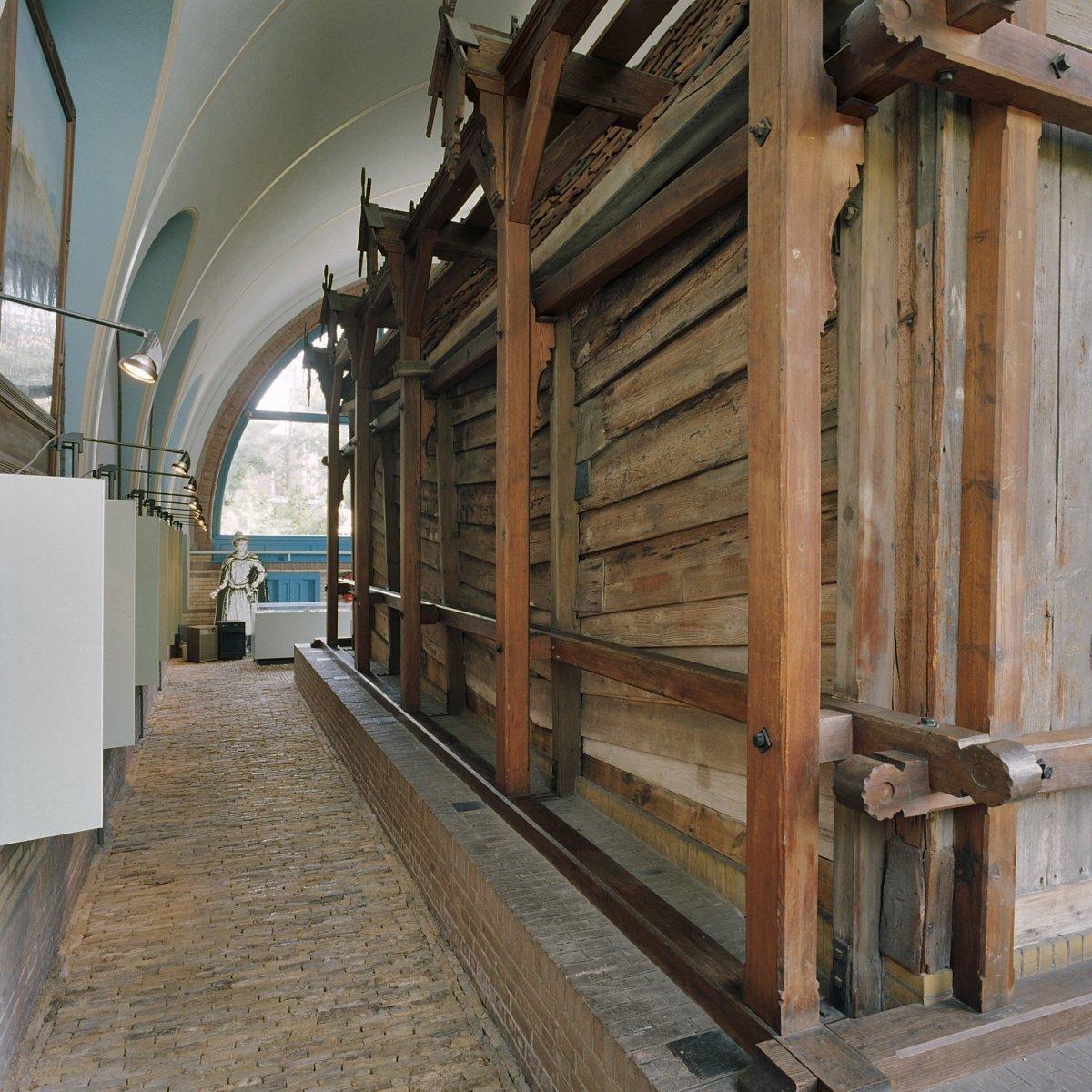 File interieur overzicht van de zijgevel van het houten huis binnen het stenen huis zaandam - Interieur van een huis ...