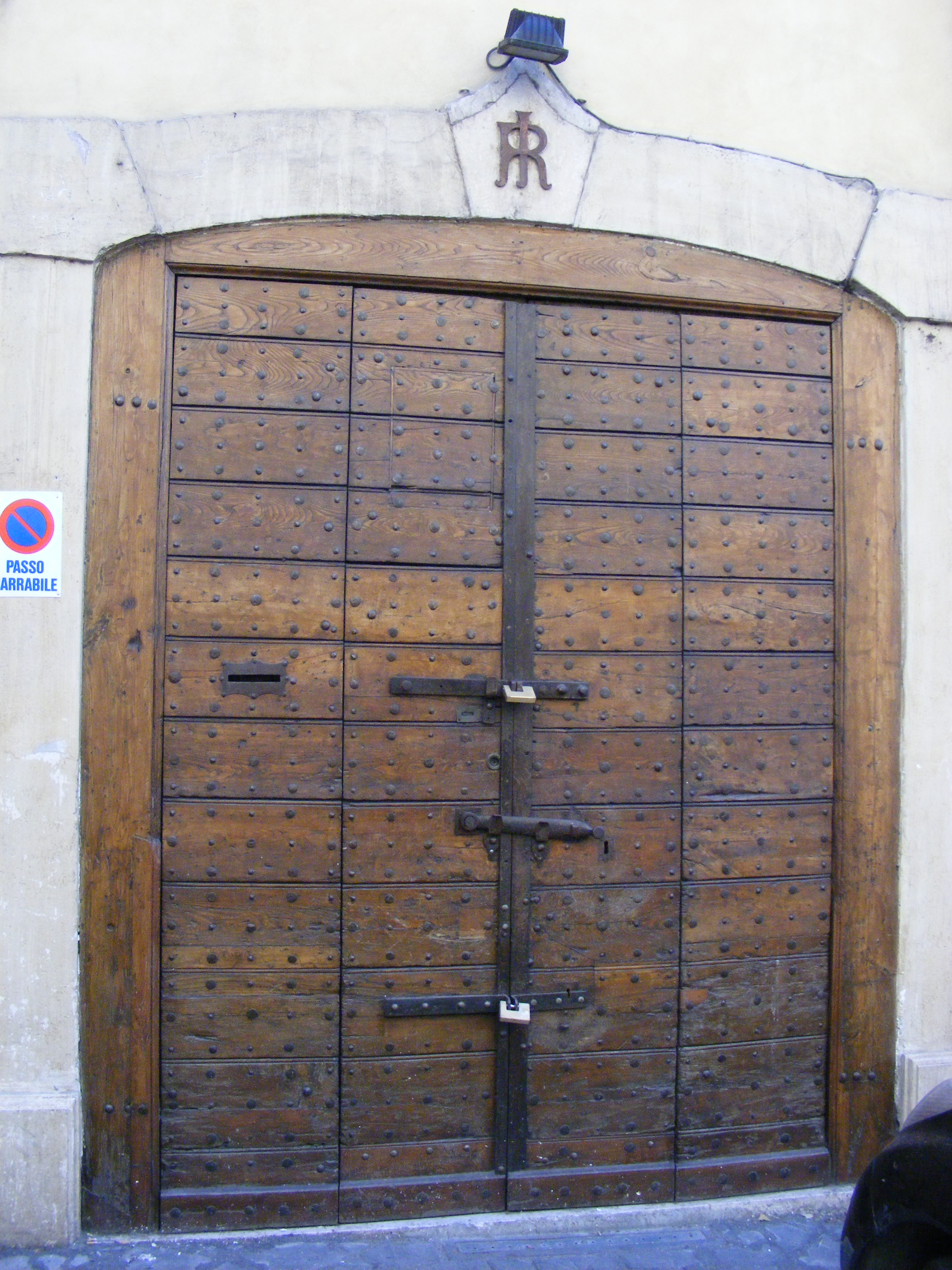 File:Old wooden door in Rome, Italy.jpg - Wikimedia Commons
