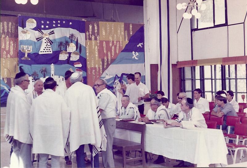 עליה לתורה בבית הכנסת של המושב