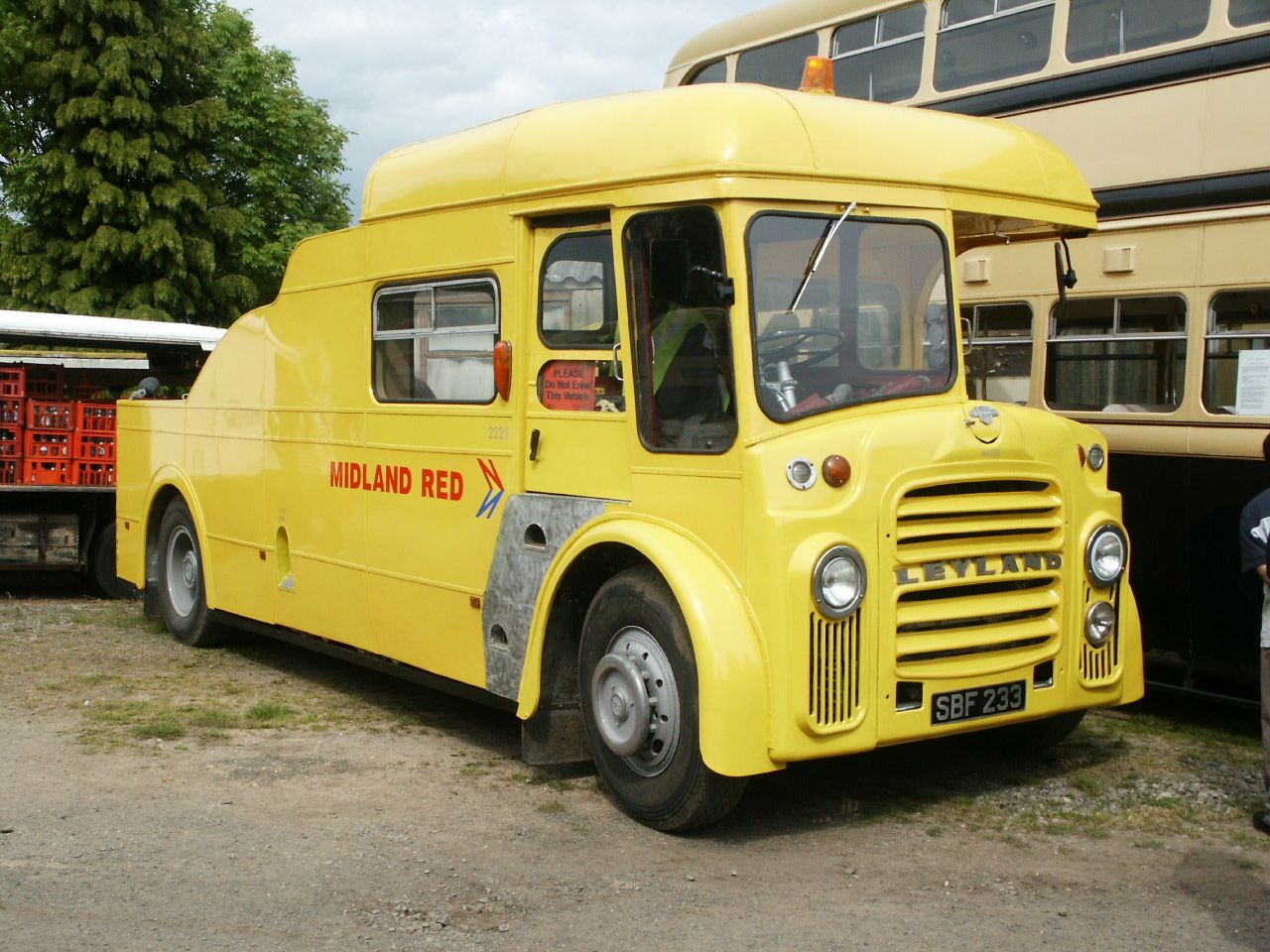 File:Preserved Midland Red towing vehicle 2225 (SBF 233), BAMMOT Wythall,