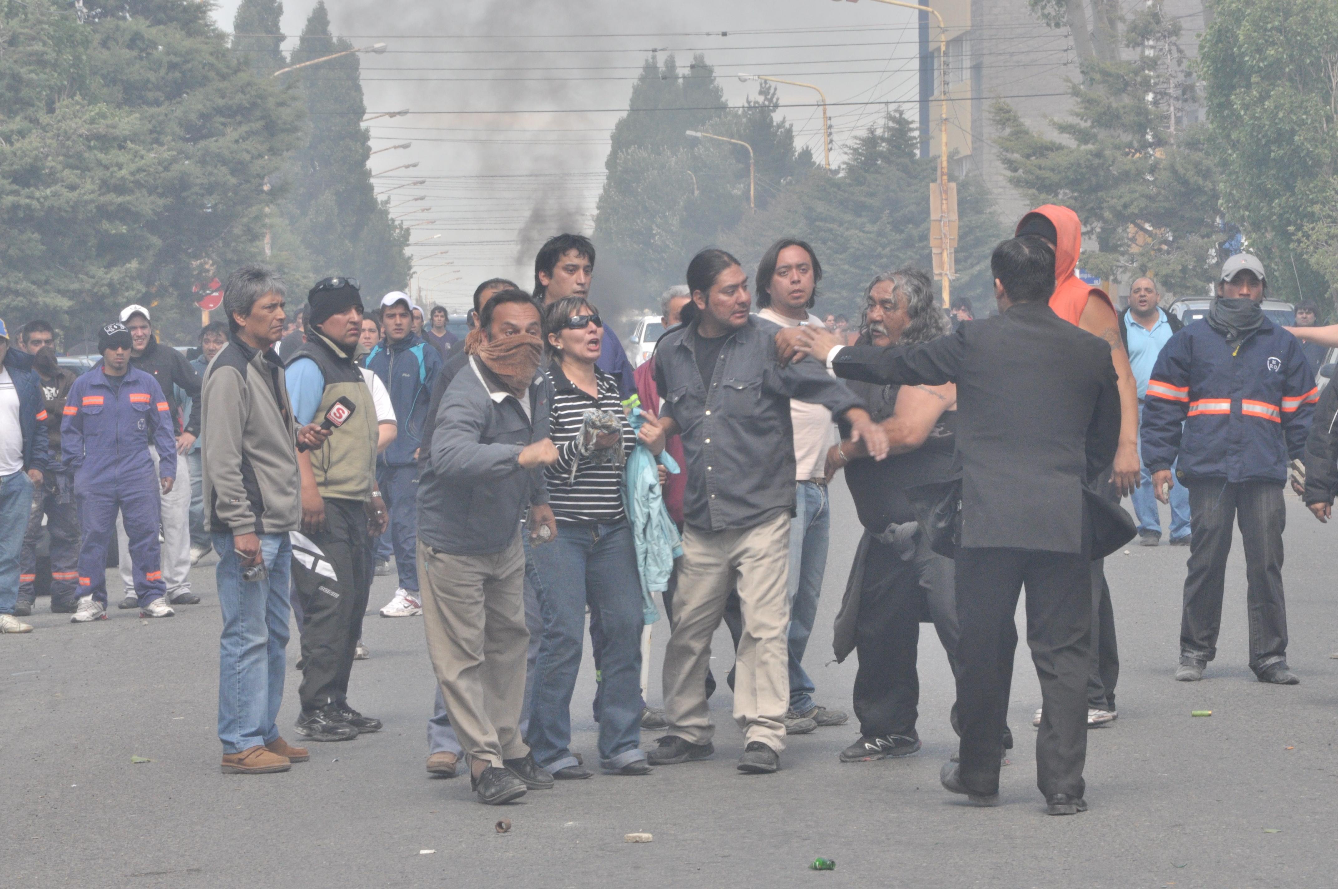 File represion a trabajadores municipales rio gallegos for Jardin 43 rio gallegos