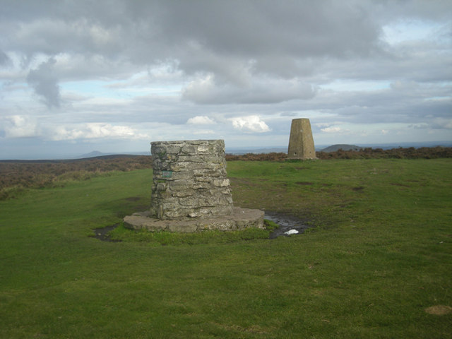 Toposcope and Trig Post - geograph.org.uk - 1013741