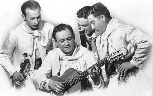 José Herrero, Benjamín Miranda, Luciano Senra con Hilario Cuadros. Foto circa 1930.