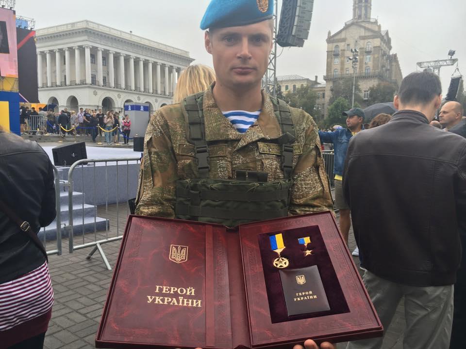 Порошенко присвоил звание Героя Украины лейтенанту Тарасюку с вручением ордена и капитану Лоскоту посмертно - Цензор.НЕТ 6285