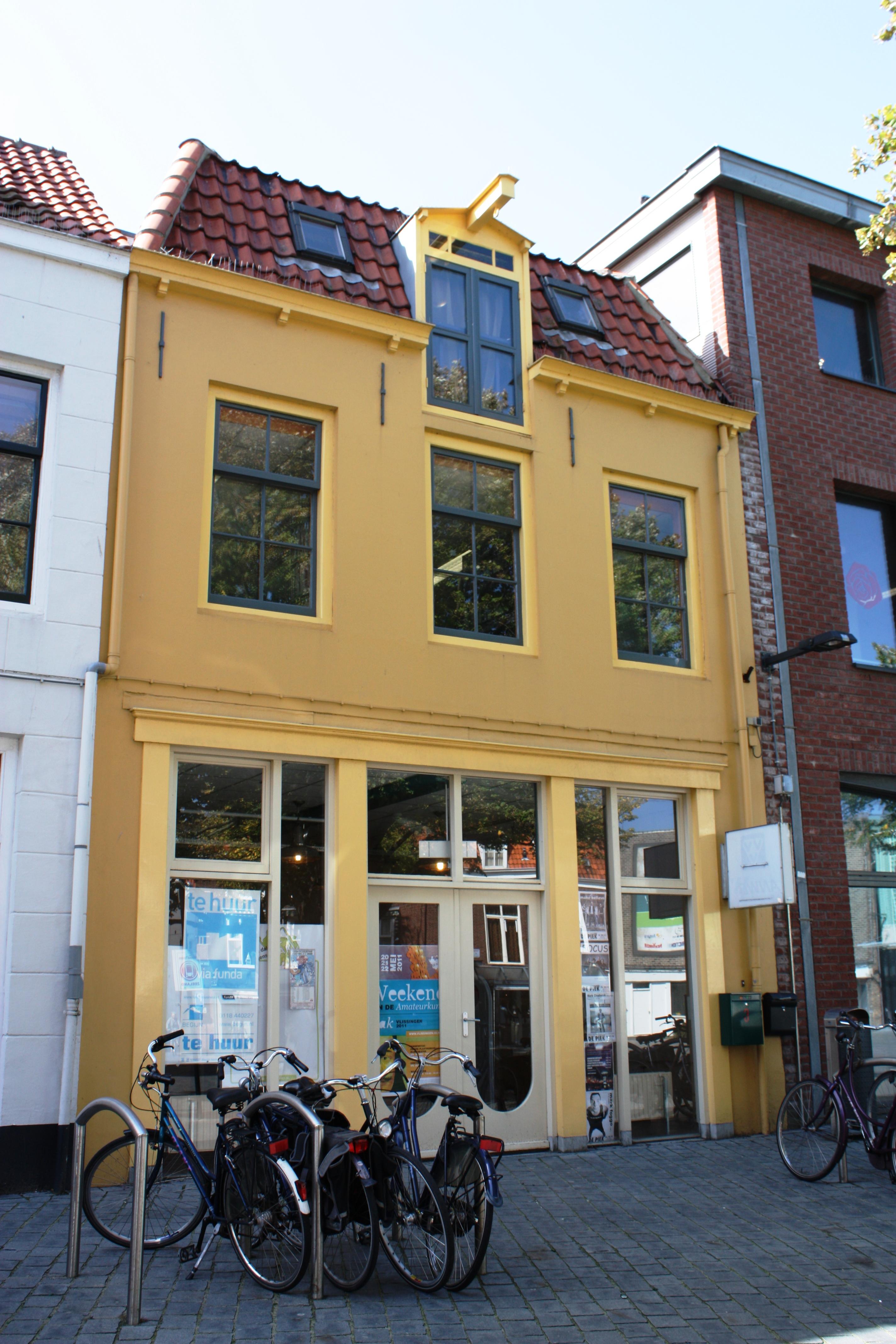 Huis met gepleisterde rechte gevel dakluik met hijsbalk kelderlichten in vlissingen monument - Oude huis gevel ...