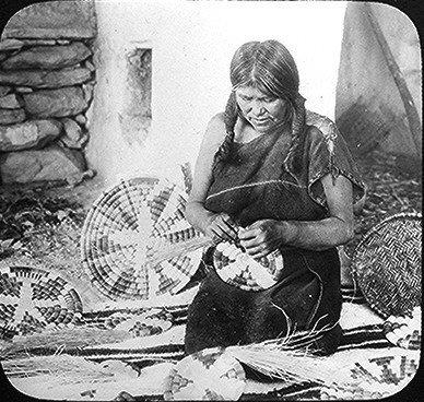 Fichier:AHopiBasketWeaver2.1910.ws.jpg