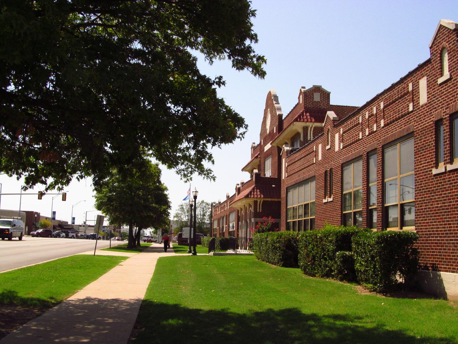 File:Broken Arrow, Oklahoma, Public School, built 1925 03.JPG