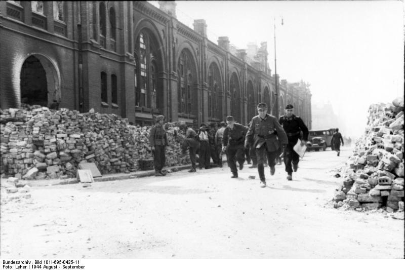 Datei:Bundesarchiv Bild 101I-695-0425-11, Warschauer Aufstand, Infanteristen, Panzersoldat.jpg