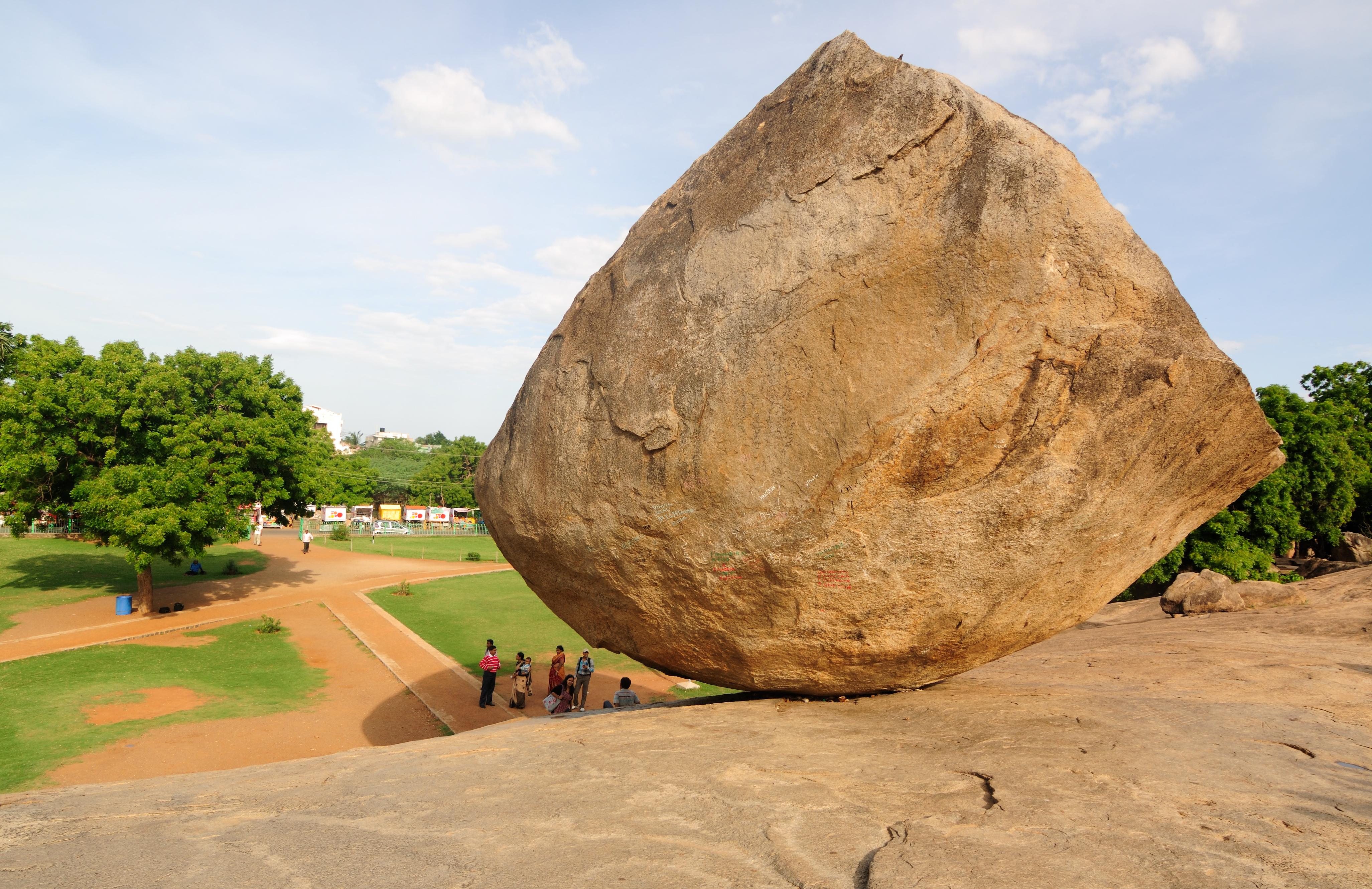 Hòn đá nặng 250 tấn nằm trên sườn dốc hàng nghìn năm, thách thức các định luật vật lý - ảnh 4.