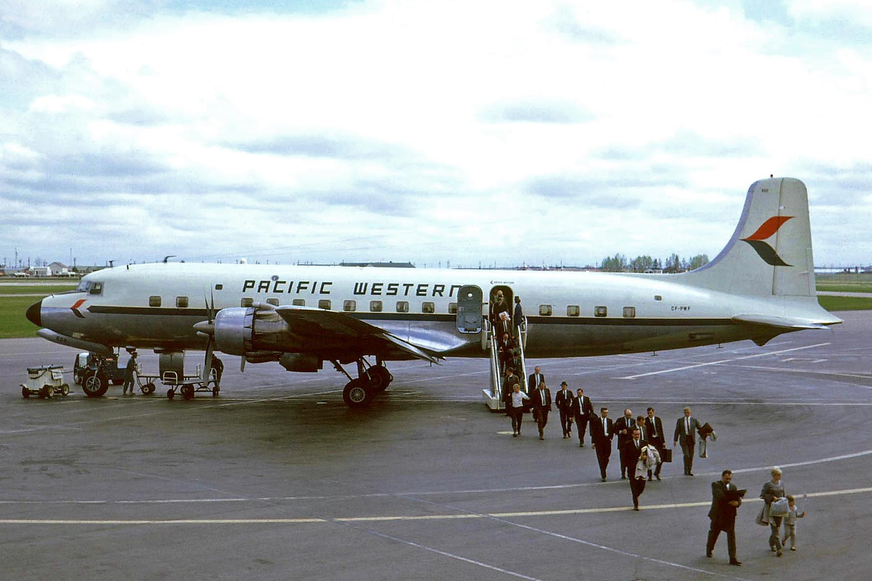CF-PWF_DC-6B_Pacific_Western_YYC_01JUN67