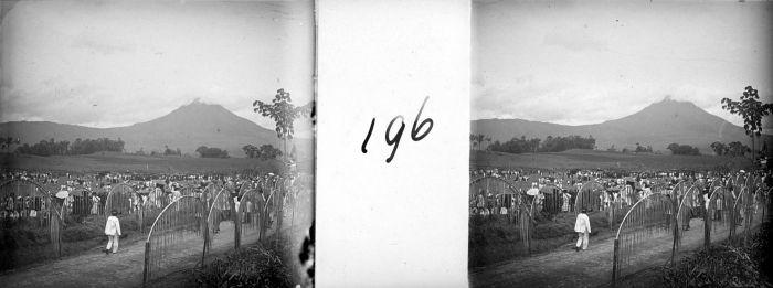 ... Sarinembah met op de achtergrond de vulkaan Sinabung TMnr 10028044.jpg: https://commons.wikimedia.org/wiki/File:COLLECTIE_TROPENMUSEUM...