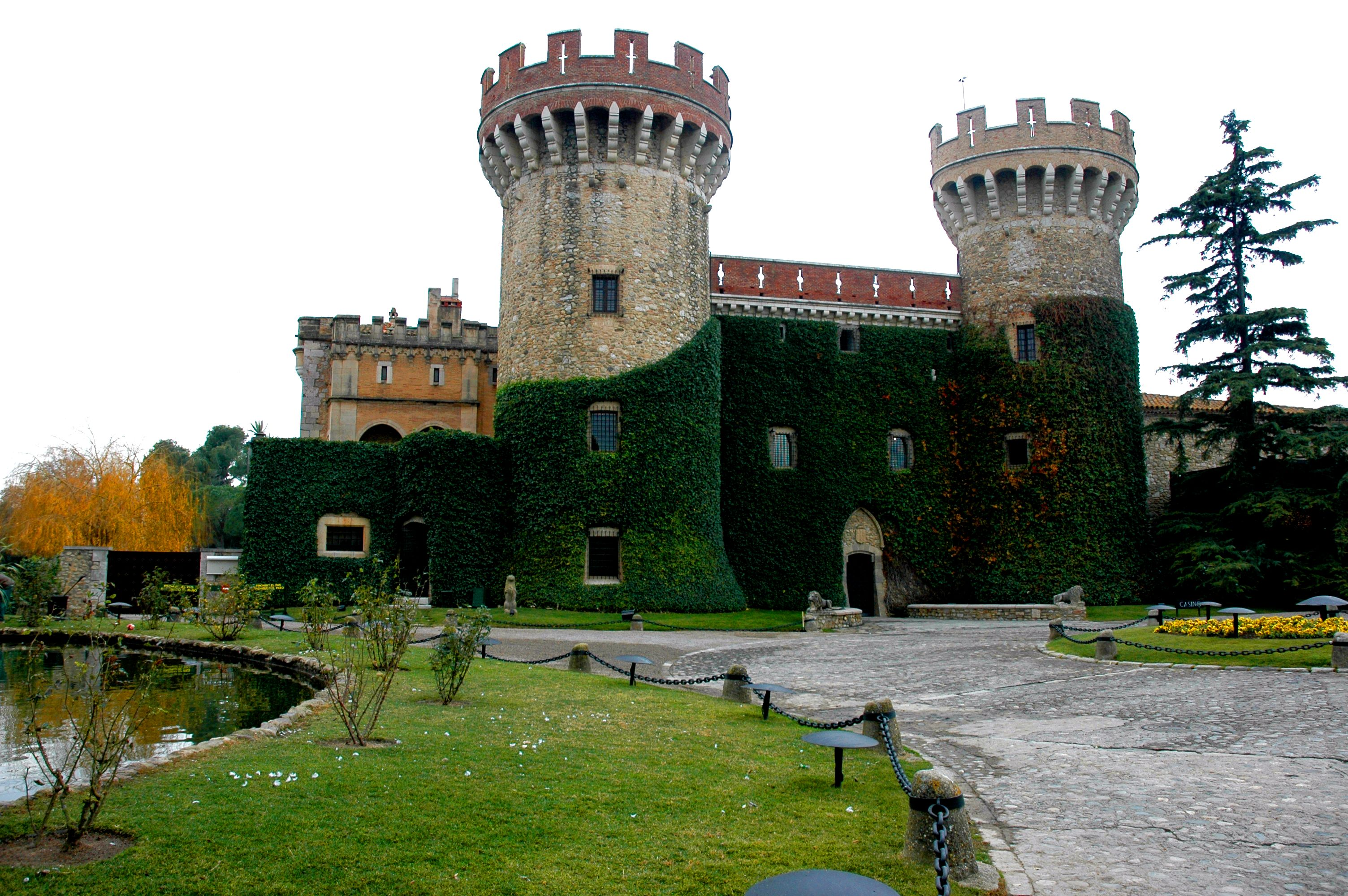https://upload.wikimedia.org/wikipedia/commons/e/ee/Castell_de_Peralada.JPG