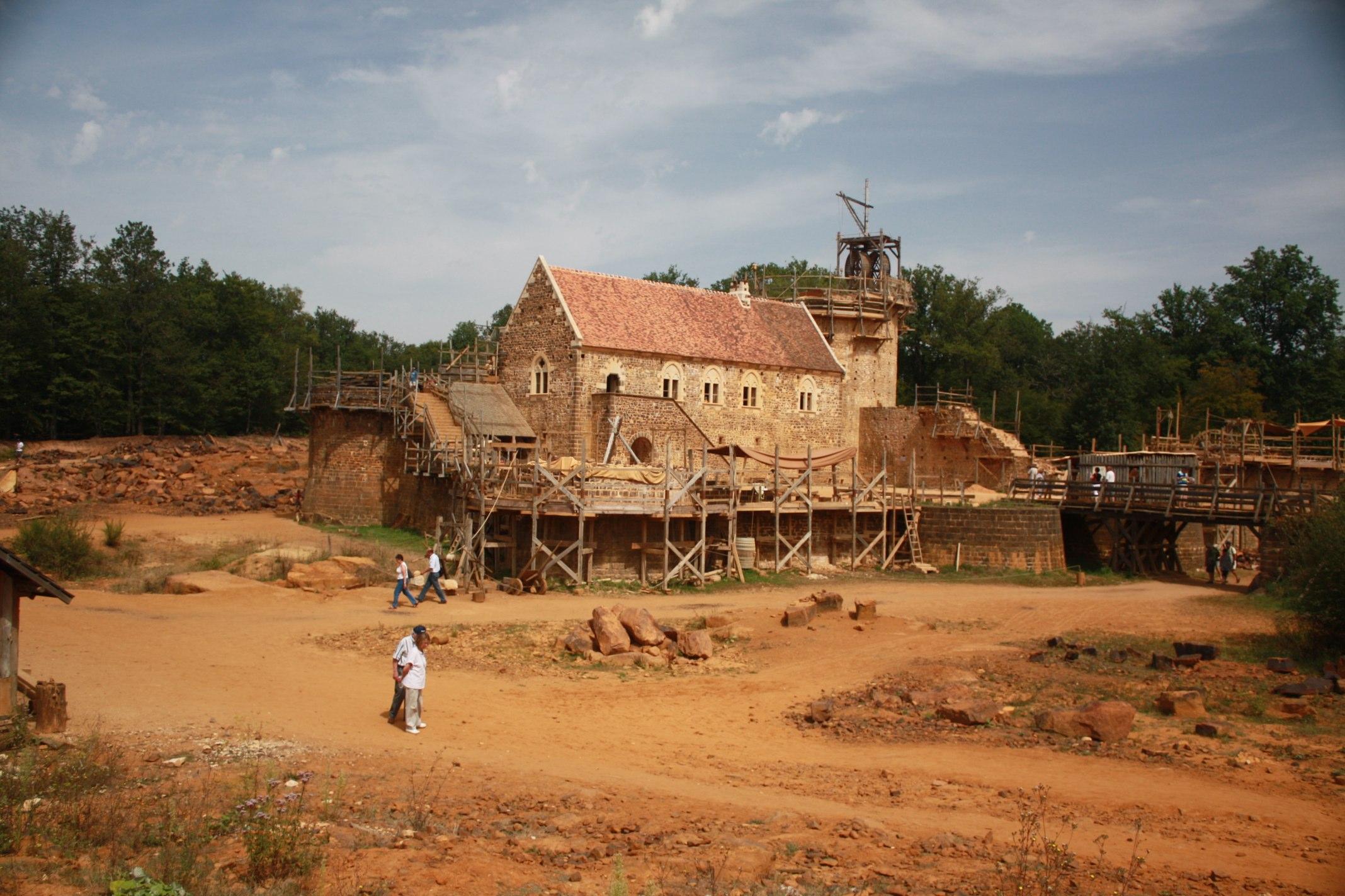 File:Château de Guédelon (août 2012).jpg - Wikimedia Commons