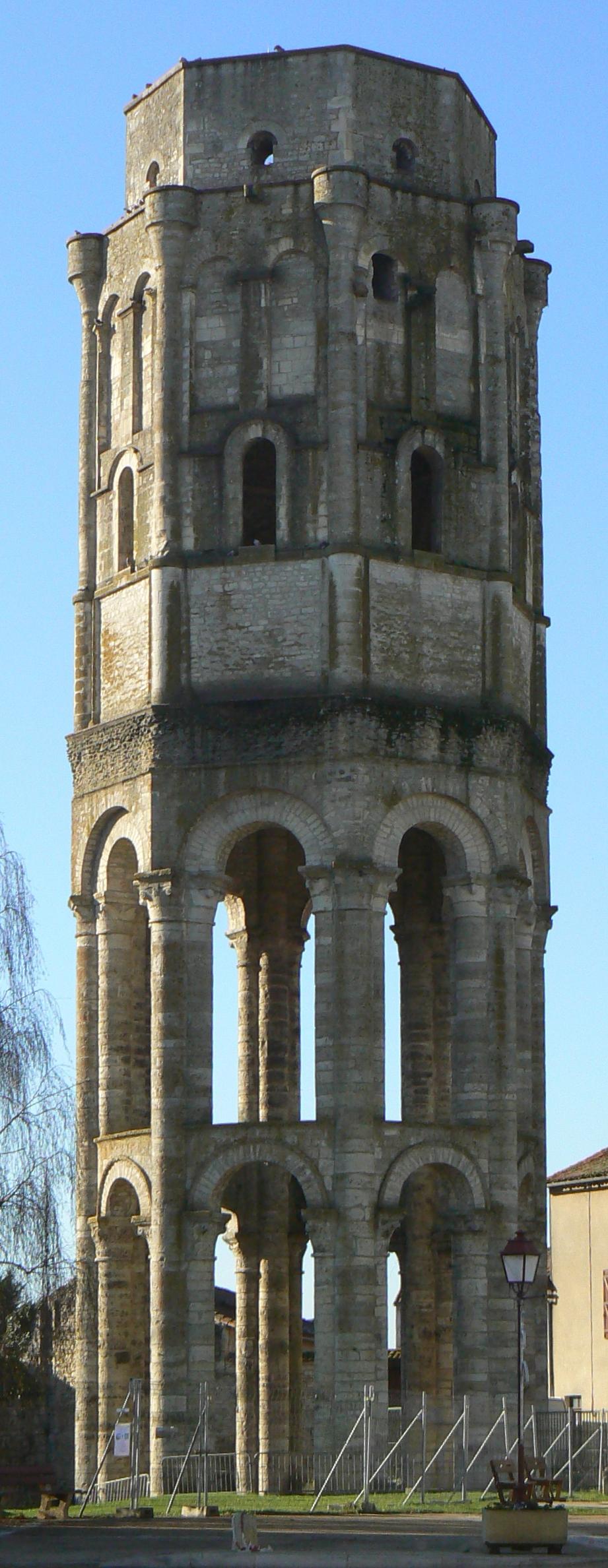 La Tour Charlemagne, ultime vestige de l'abbaye de Charroux