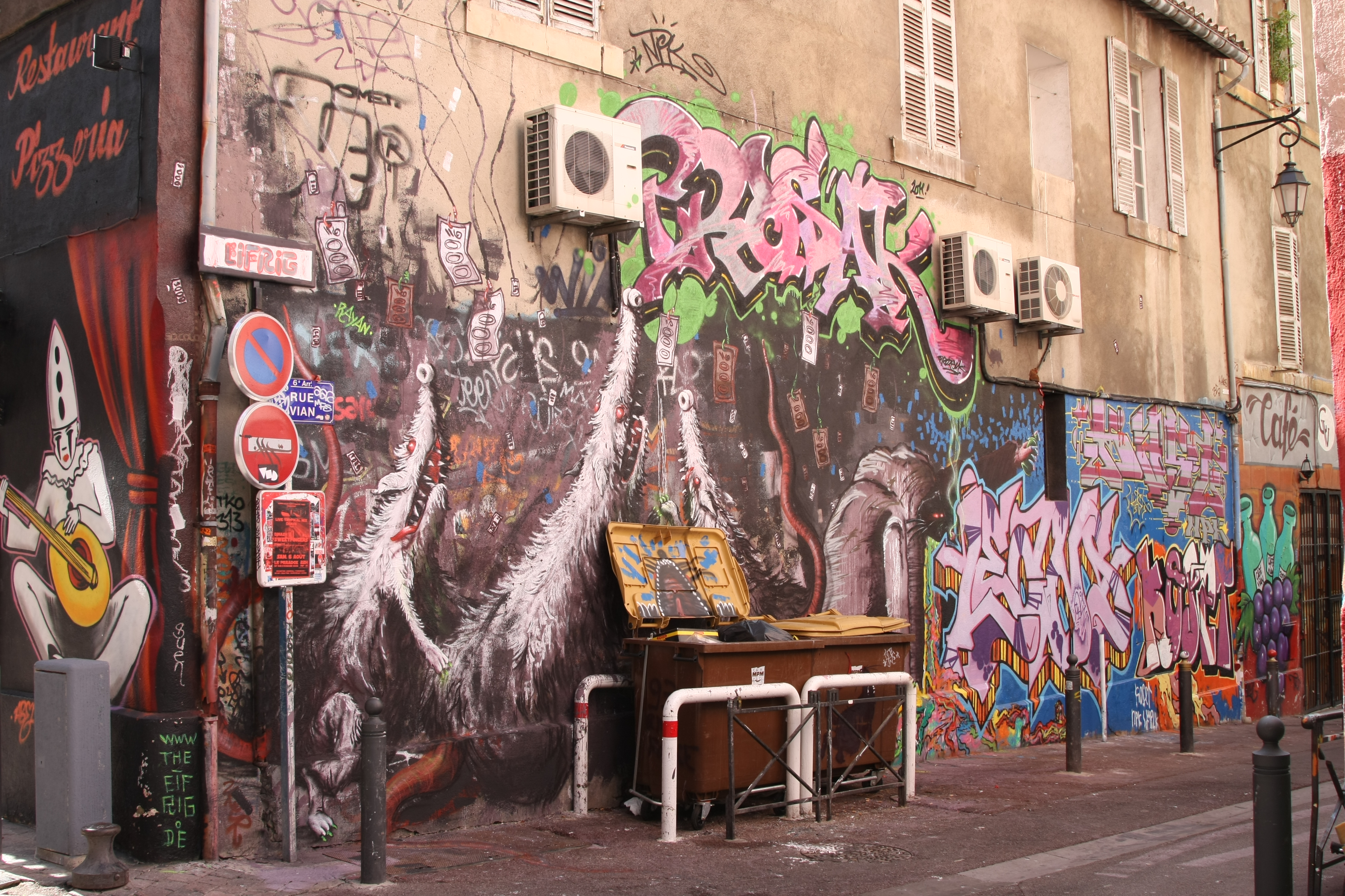 file graffiti and trash bins rue vian wikimedia commons. Black Bedroom Furniture Sets. Home Design Ideas