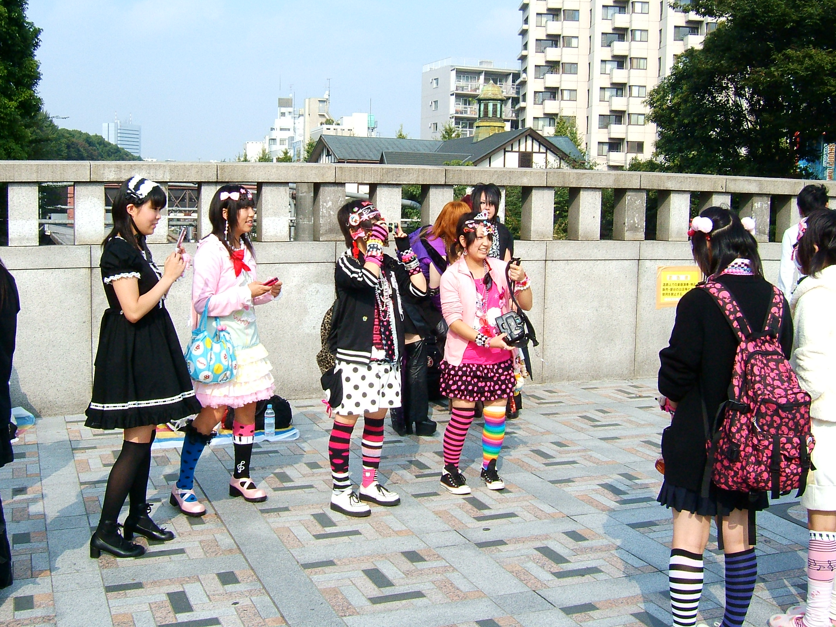 Description Harajuku girls, Tokyo.jpg